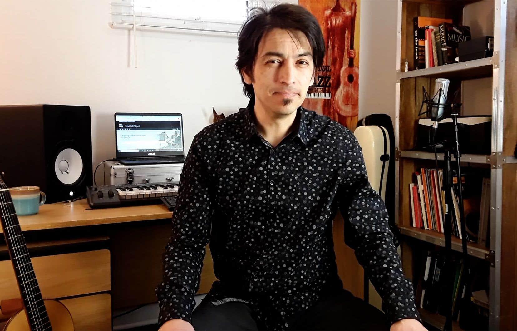 Le bibliothécaire Oscar Salazar Varela offre une série de cours en ligne pour s'initier à la guitare.
