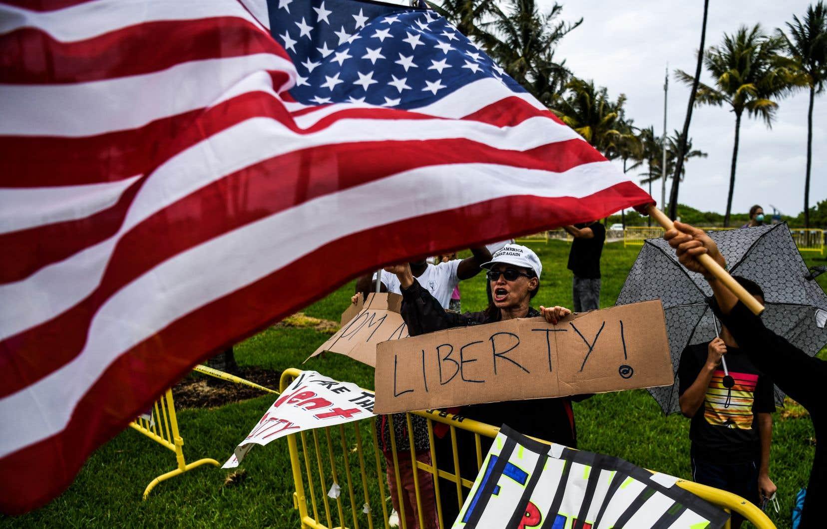 Des Floridiens participaient à un «Freedom Rally», une manifestation anti-confinement, dimanche dernier. Des mouvements en opposition aux mesures d'urgence mises en place pour contrer la pandémie ne cessent de gagner en vigueur aux États-Unis.