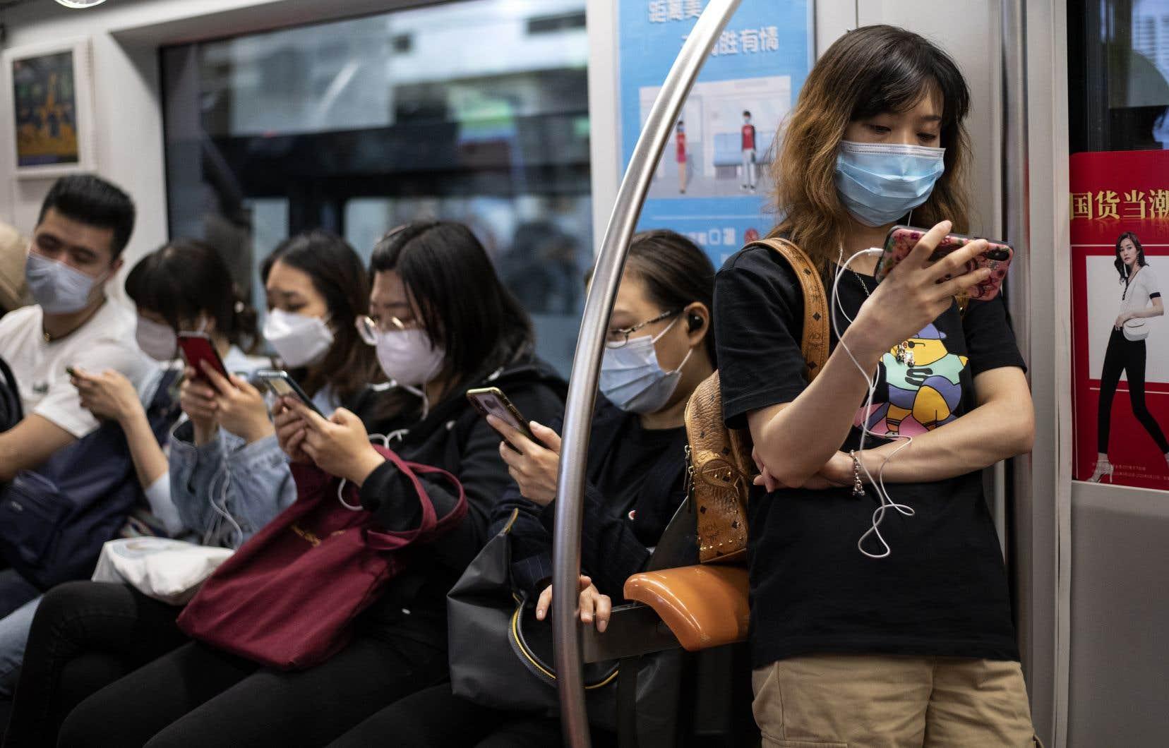 Dans certaines régions de la Chine, le port du masque est obligatoire dans les transports en commun.