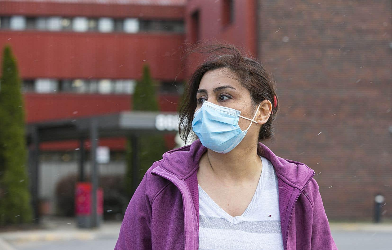 Une infirmière photographiée à la sortie de son quart de travail en CHSLD
