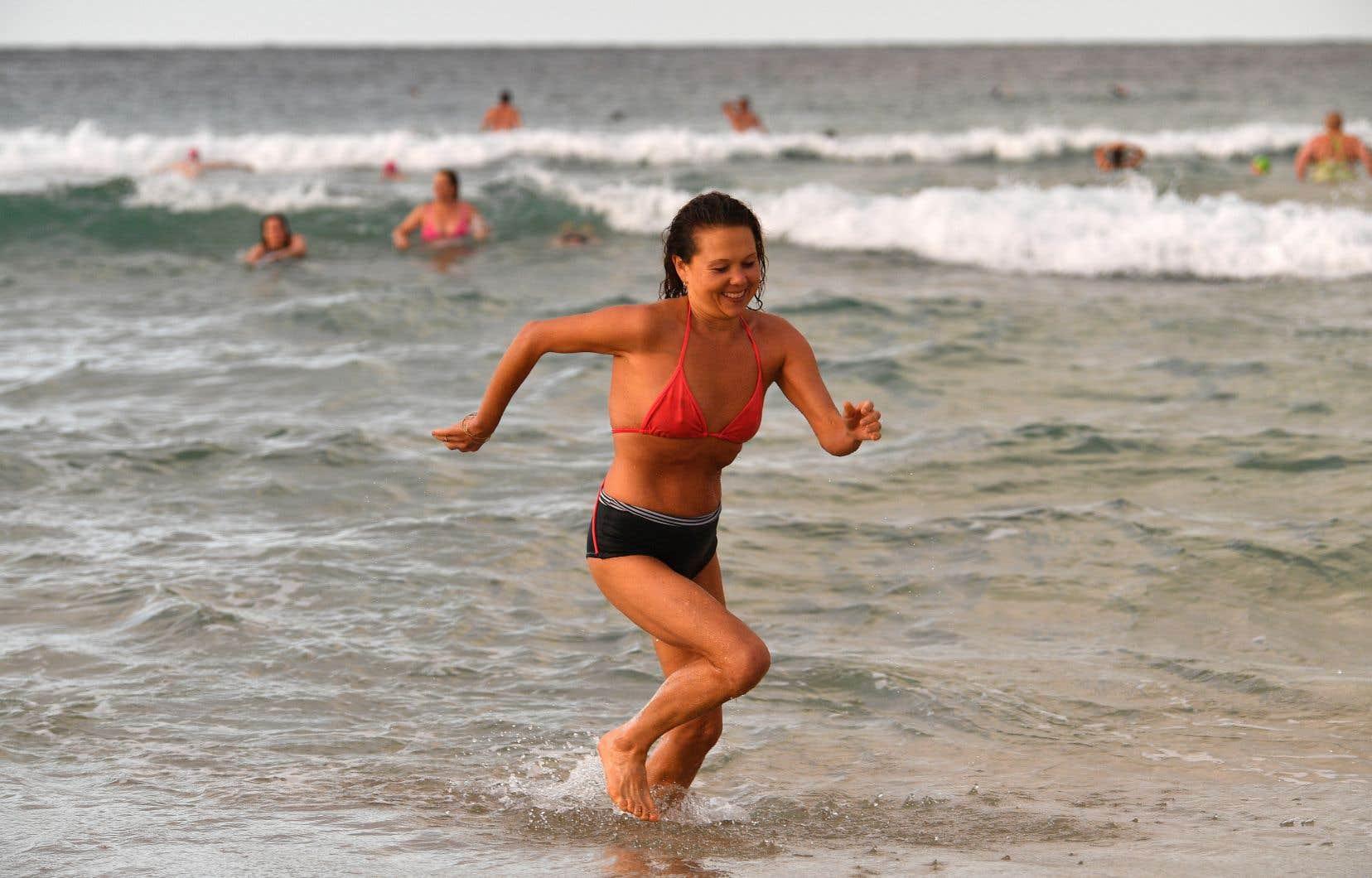 En Australie, les citoyens ont de nouveau accès aux plages depuis quelques jours, après cinq semaines de confinement.