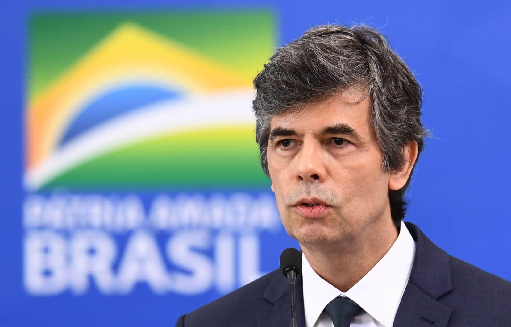 M. Teich aura été un très éphémère ministre de la Santé du président Jair Bolsonaro: il a occupé moins d'un mois ce portefeuille crucial pour le Brésil où la pandémie est en croissance exponentielle et a déjà tué près de 14 000 personnes.