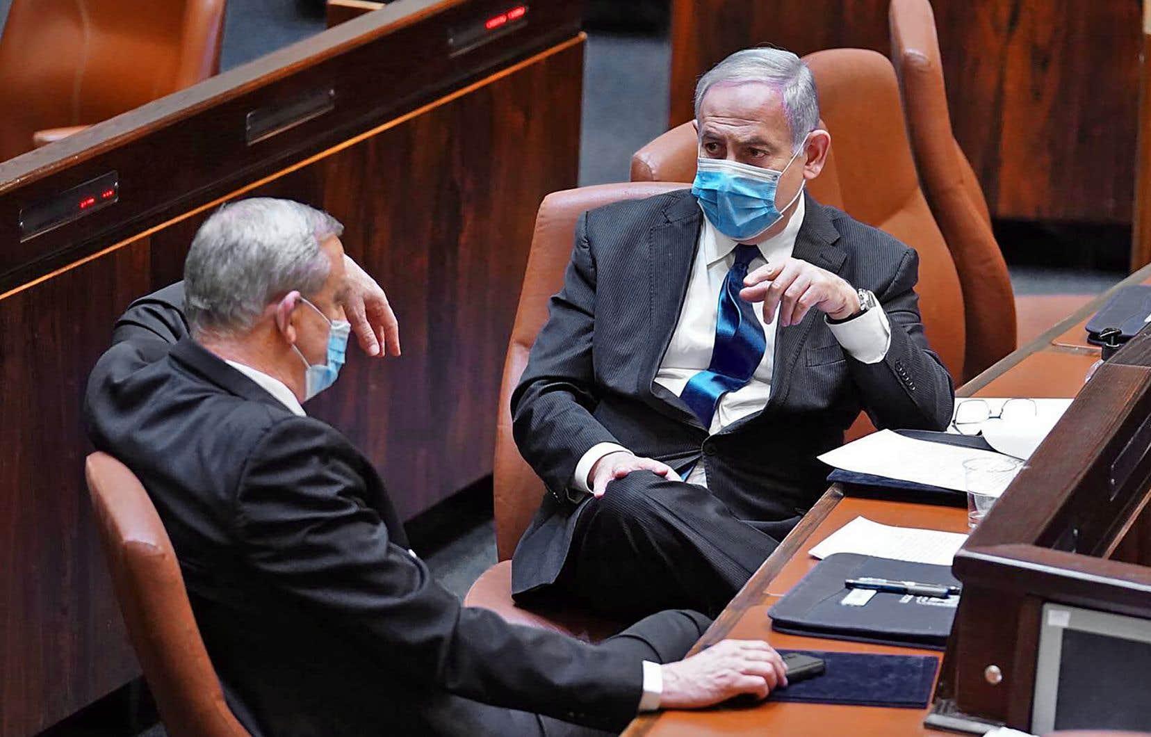 Le premier ministre israélien Benjamin Netanyahu (à droite) et Benny Gantz lors de la cérémonie d'assermentation du nouveau gouvernement à Jérusalem.