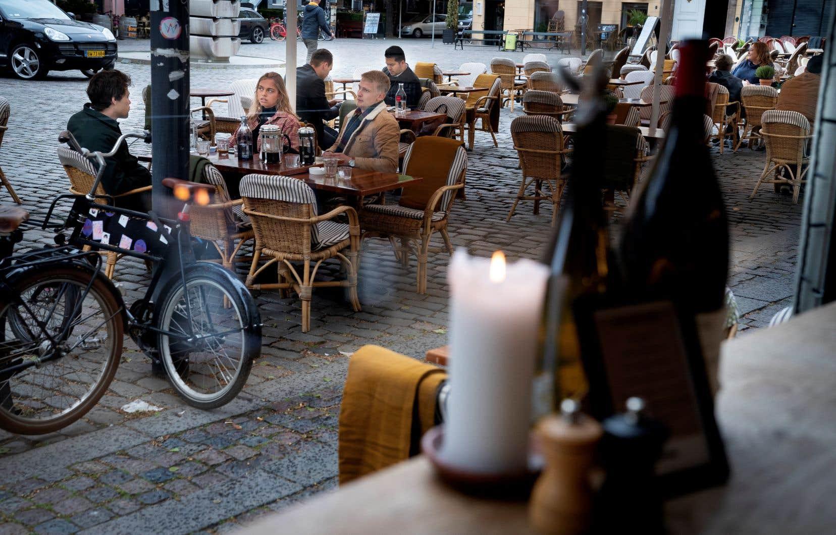 La terrasse du restaurant Huks Fluks, à la place Graabroedre, à Copenhague, était prête à recevoir des clients.