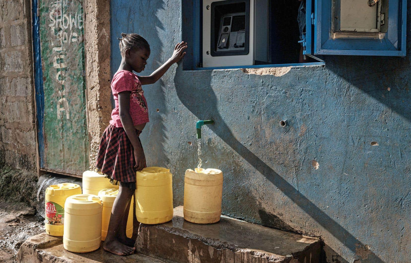 «La responsabilité de l'approvisionnement en eau revient souvent aux femmes et aux filles, les empêchant de fréquenter l'école ou de s'adonner à des activités productrices pour accroître leurs revenus», souligne l'auteur.