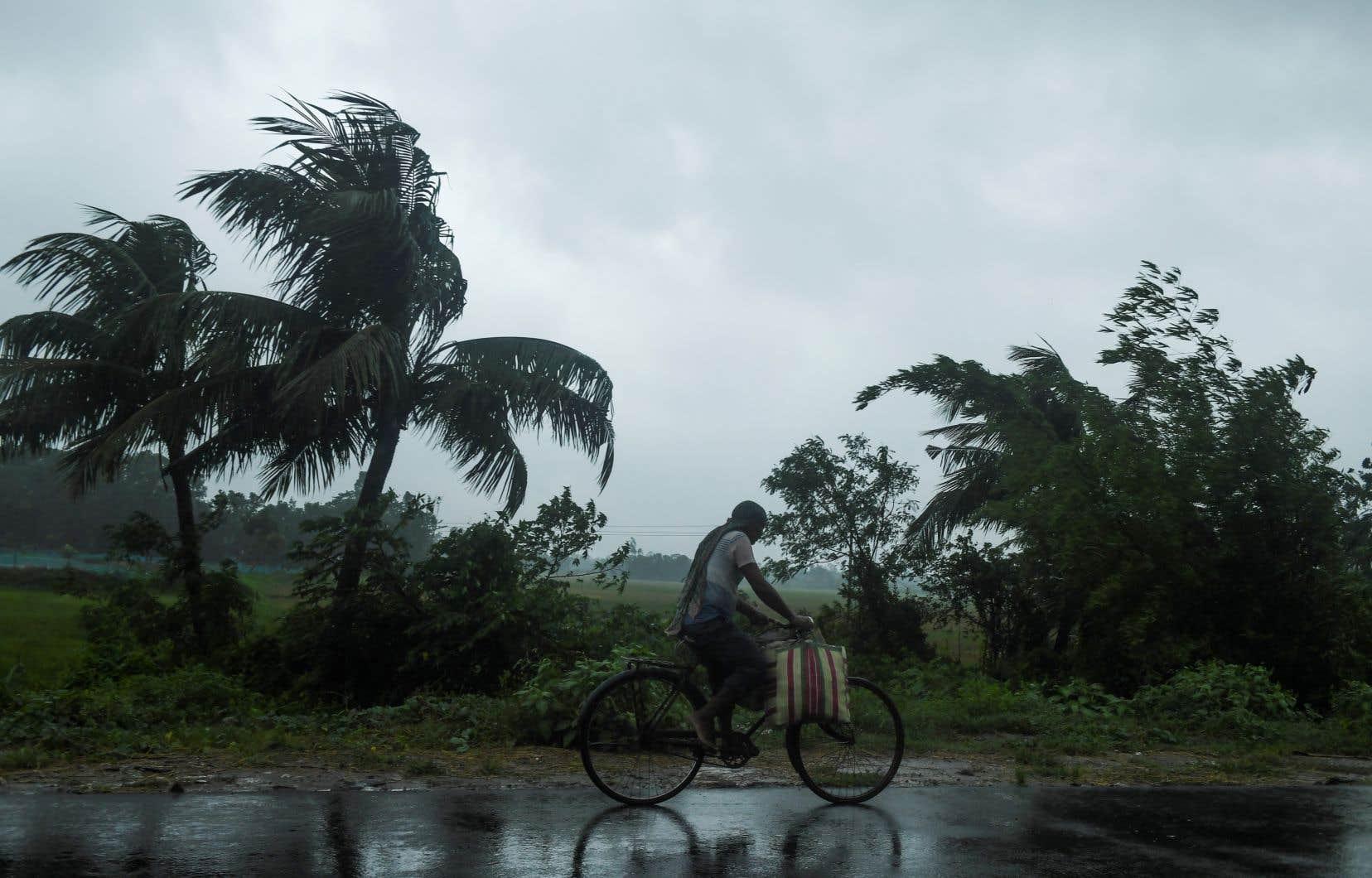 Malgré la perte de puissance du cyclone ces dernières heures à mesure qu'il approche des côtes, les autorités indiennes et bangladaises s'attendent à d'immenses dégâts matériels.