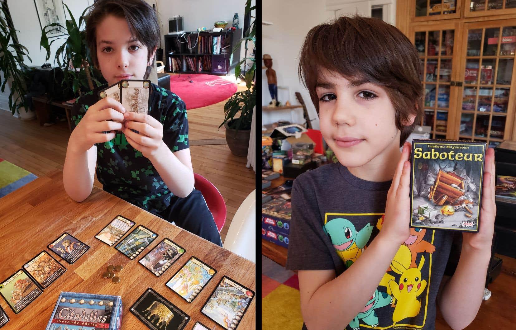 Gaspard (à gauche) et Achille profitent du confinement pour jouer à des jeux de société en famille.