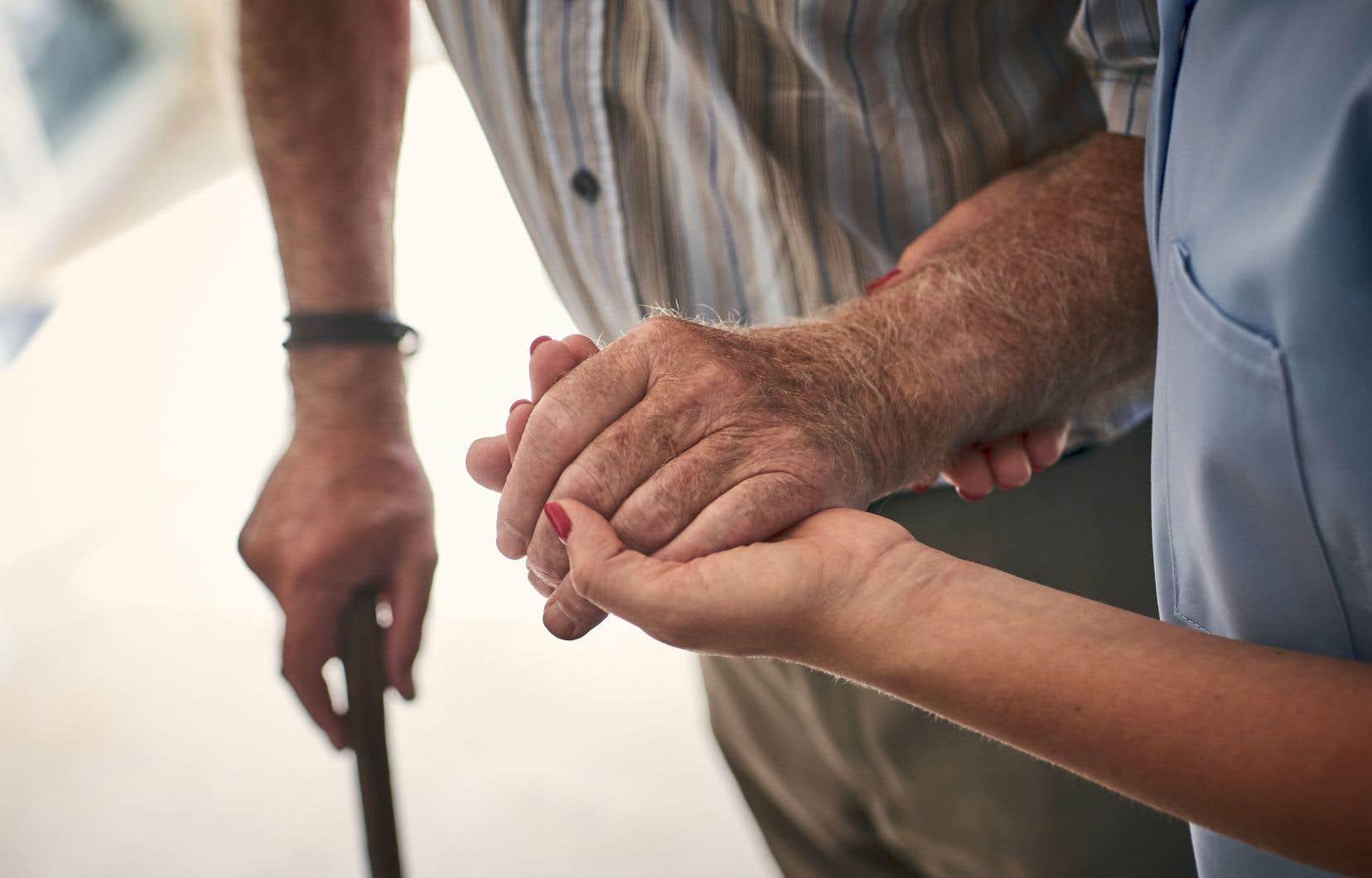 «Hélas, le Québec n'investit que 17 % de son budget de soins de longue durée dans l'aide à domicile, comparativement à 73 % et 43 % respectivement au Danemark et en France, selon l'OCDE», souligne l'auteur.