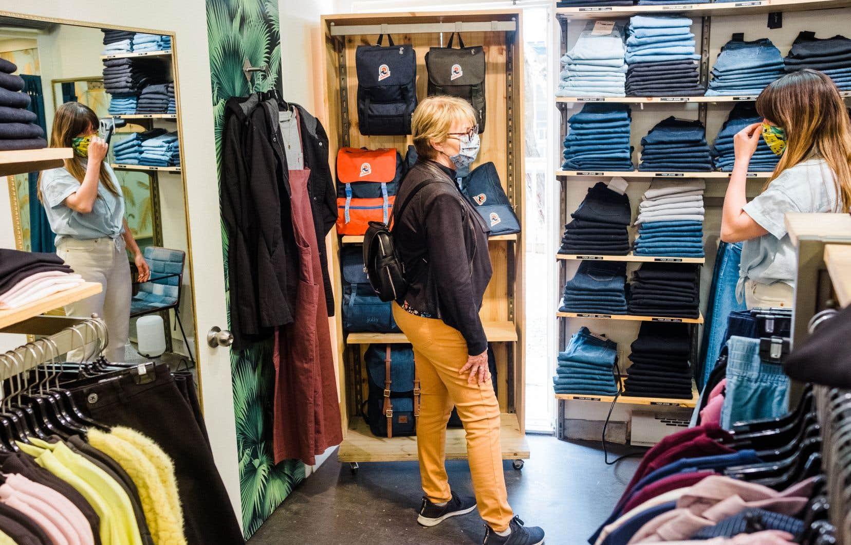 Une limite de quatre clients a été fixée chez Séraphin, sur la rue Saint-Jean, à Québec. Tous les vêtements essayés sont ensuite nettoyés à la vapeur.