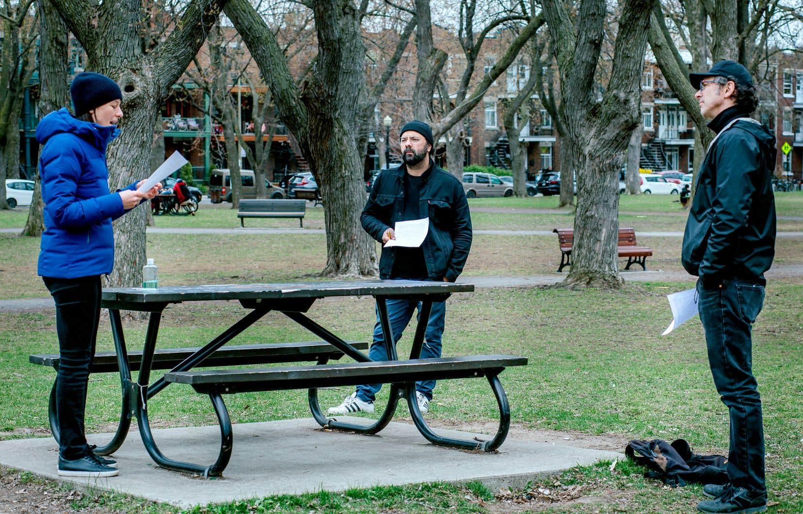 Mani Souleymanlou et deux membres de La Jeune Troupe Quat'Sous en répétition au parc Baldwin, à Montréal. Ils s'intéressent à cet espace qui rend le théâtre vivant: l'œil du spectateur. La troupe propose ainsi d'amener la performance directement à la rencontre du public.
