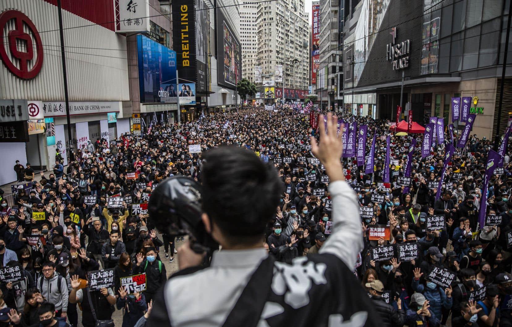 Le texte de loi survient près d'un an après le début de manifestations monstres anti-Pékin à Hong Kong. Les Hongkongais essaient de faire perdurer l'élan du mouvement, comme avec cette marche pro-démocratie le 1er janvier 2020 qui avait rassemblé des dizaines de milliers de protestataires.