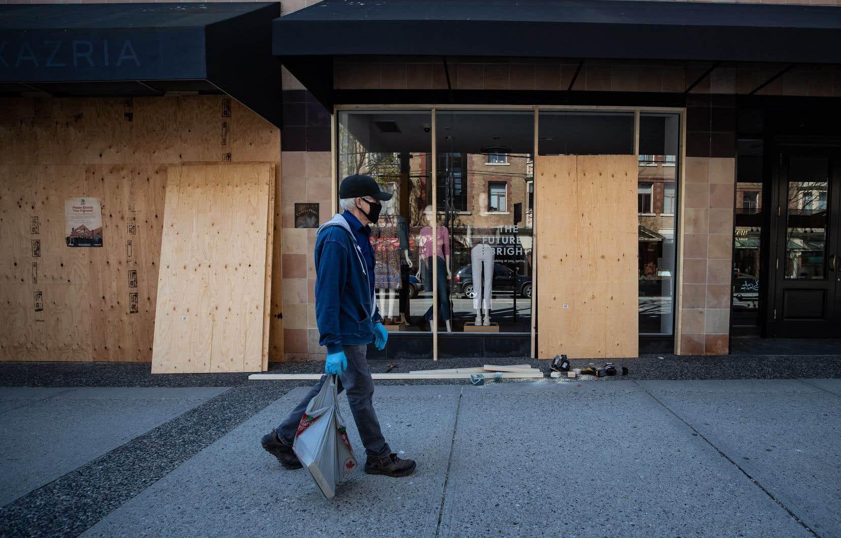 Selon les estimations de Statistique Canada, environ 40% des détaillants ont fermé leurs portes au cours du mois.