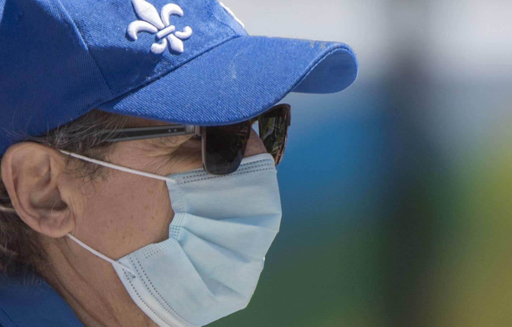Une personne attend d'être testée pour la COVID-19 dans une clinique de dépistage mobile dans le quartier montréalais de Verdun, le samedi 23 mai 2020.