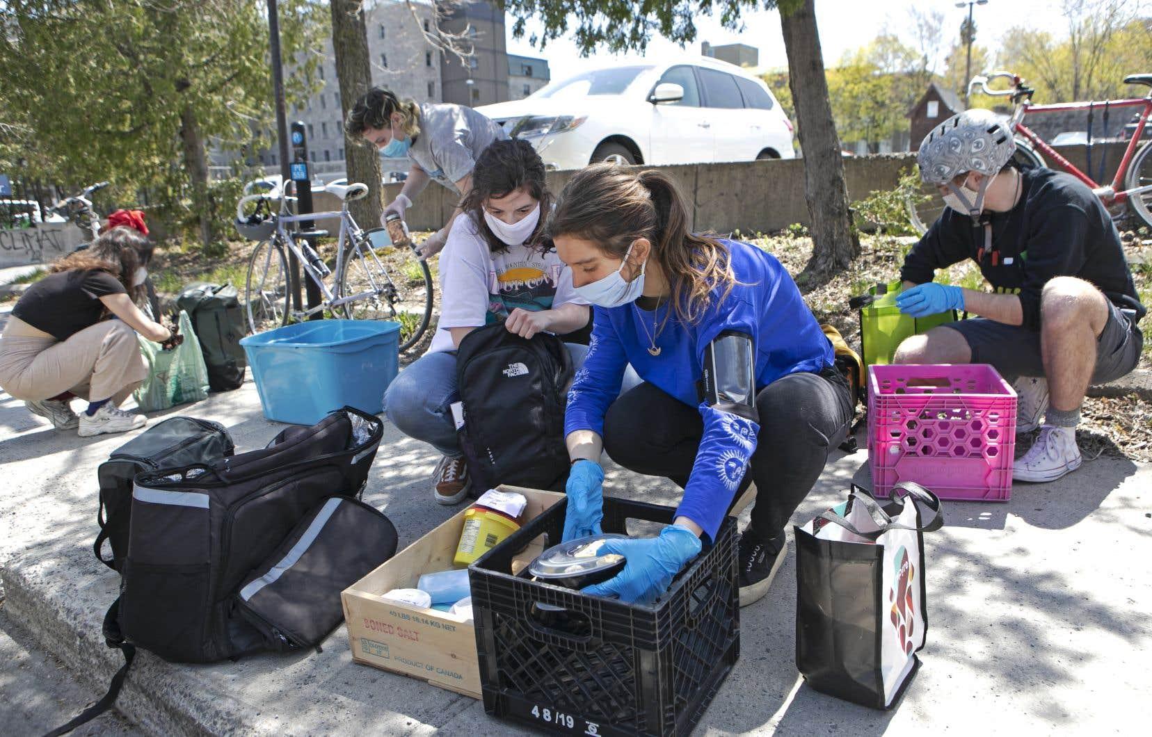 Collecte de nourriture par des bénévoles du projet Faisenpour2 rue Saint-Urbain, à Montréal. C'est Clara de Richoufftz (chandail bleu) qui a fondé et mis sur pied ce concept, qui existait avant la pandémie sur les campus universitaires.
