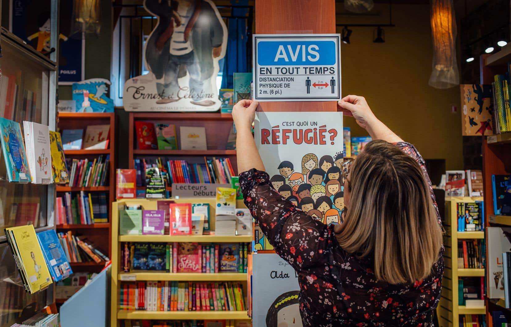 Chantal Michel, propriétaire de la librairie Raffin sur la rue Saint-Hubert, se préparait dimanche pour la grande réouverture du lendemain.