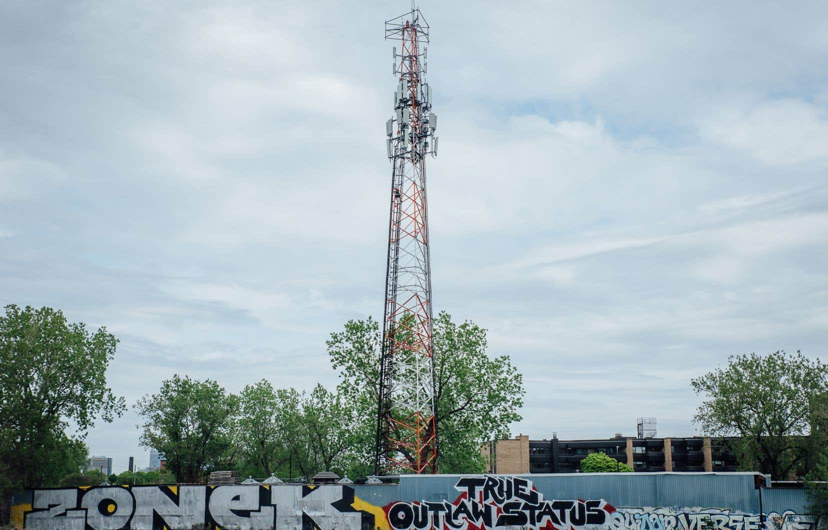 Une tour de télécommunications du sud-ouest de Montréal a été lourdement endommagée par un incendie criminel durant la nuit de dimanche à lundi.