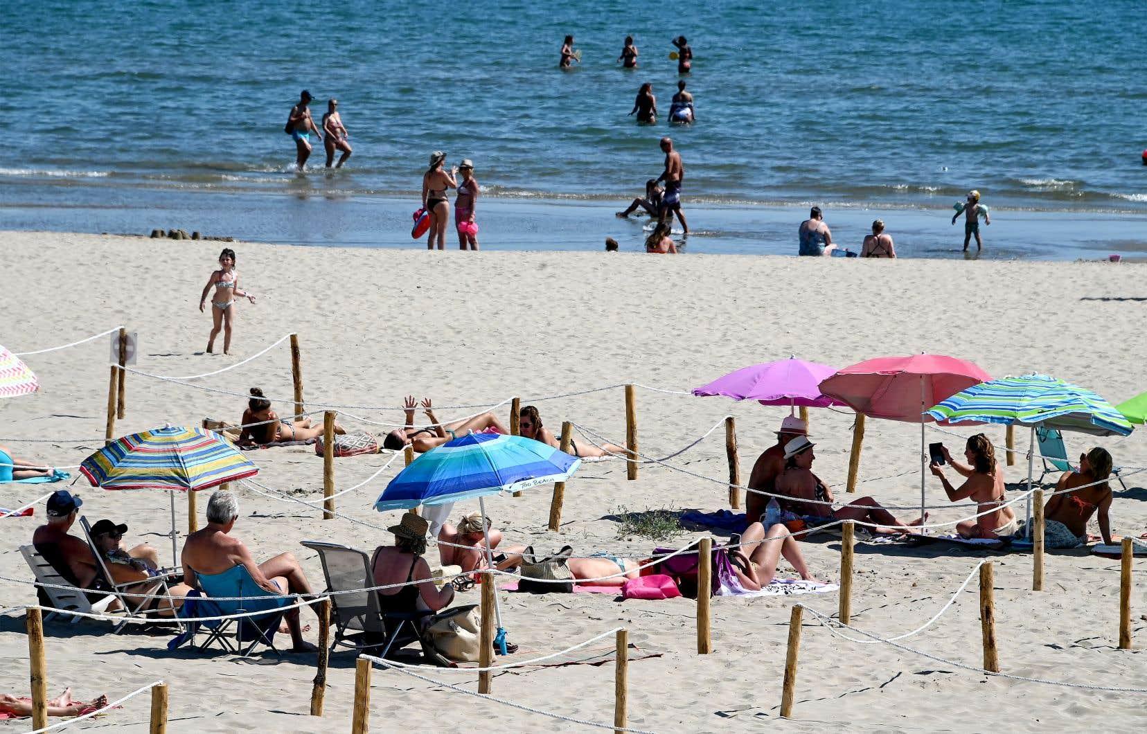 L'accès aux plages a été rouvert en France après plusieurs semaines de confinement, permettant à certains de se rafraîchir.