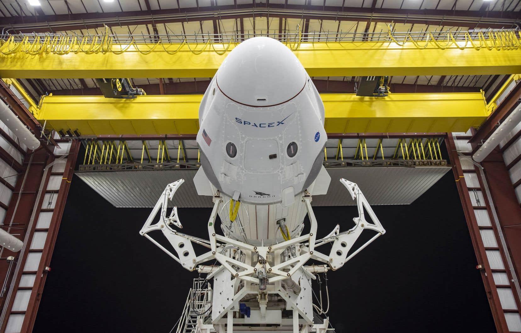 Deux astronautes, Bob Behnken et Doug Hurley, en quarantaine stricte depuis deux semaines, voleront à bord de la capsule flambant neuve Crew Dragon, lancée par une fusée Falcon 9 de SpaceX, une compagnie fondée en 2002 par le trentenaire Elon Musk, génial et impétueux patron obsédé par Mars, qui a fait fortune avec PayPal et aussi créé les automobiles électriques Tesla.