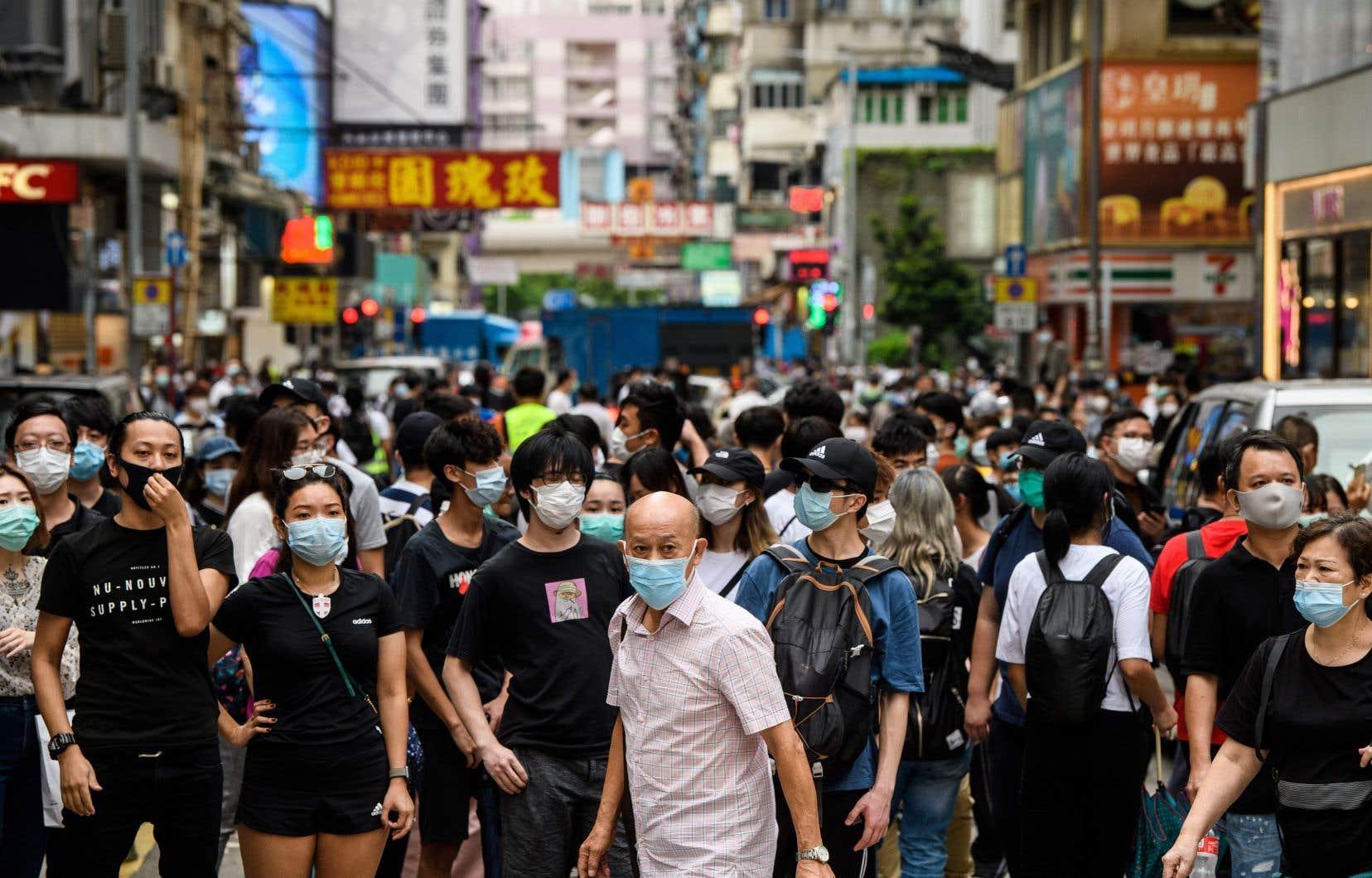 Des rassemblements spontanés ont eu lieu dans les quartiers de Causeway Bay, Mong Kok et Central, dispersé dans ce dernier par des tirs de billes de gaz poivré irritant.