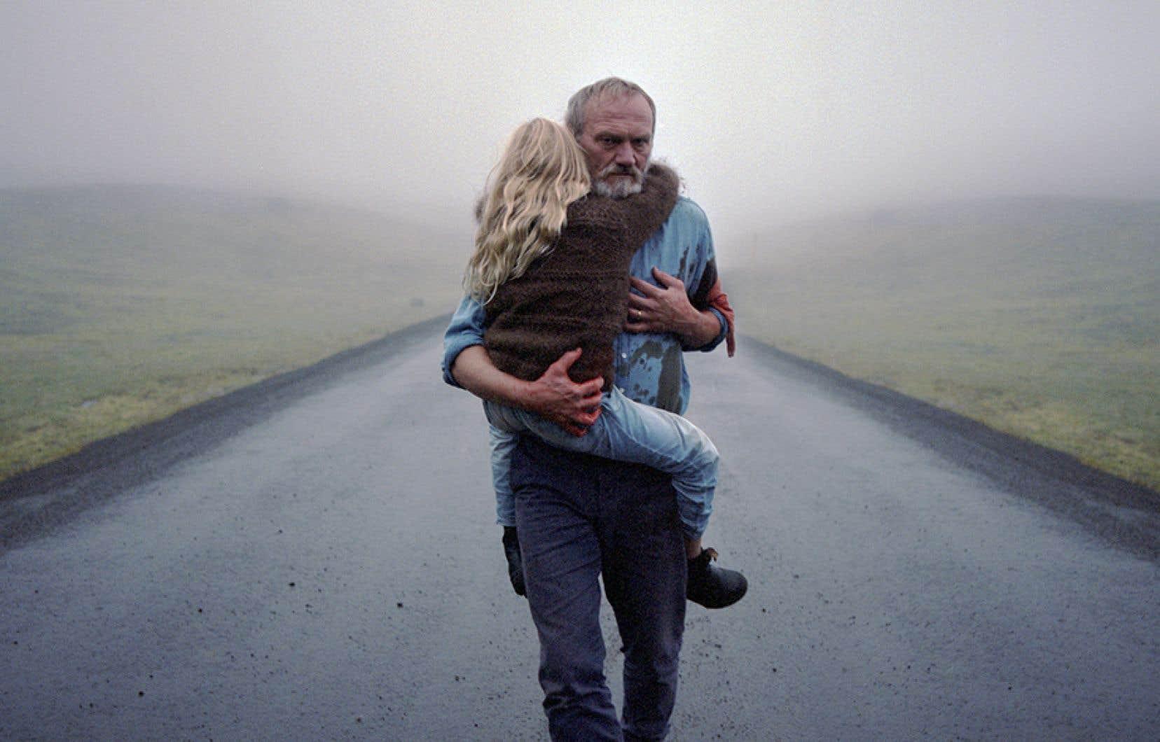 L'enquêteur Ingimundur (Ingvar E. Sigurðsson, magistral) ne semble serein qu'en compagnie de sa petite-fille Salka (fabuleuse Ída Mekkín Hlynsdóttir) dans «Brumes d'Islande» de Hlynur Pálmason.