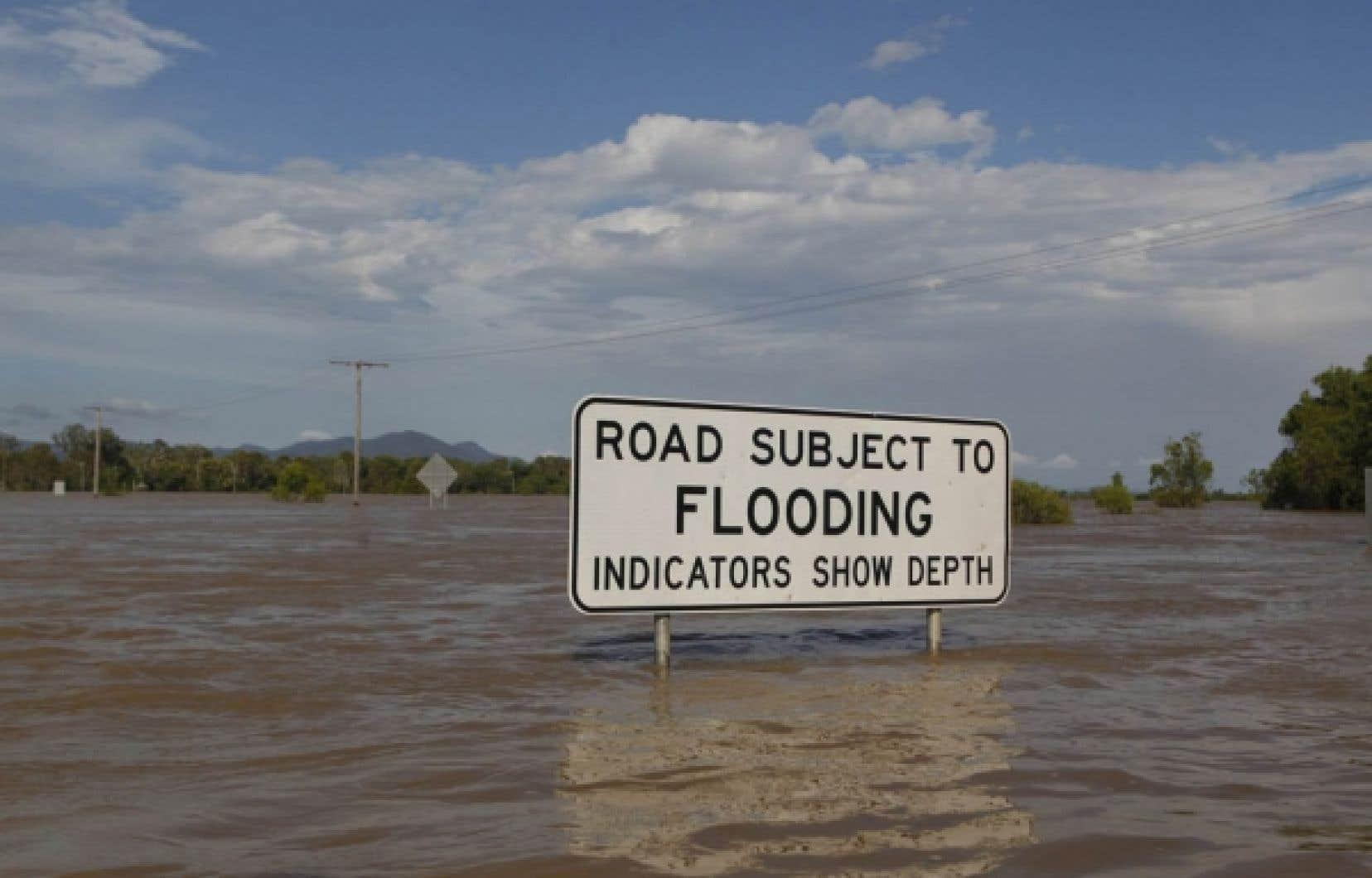 Un demi-millier d'habitations ont été évacuées à Rockhampton, alors que les autorités s'attendent à ce que l'eau monte encore jusqu'à aujourd'hui dans cette ville.<br />
