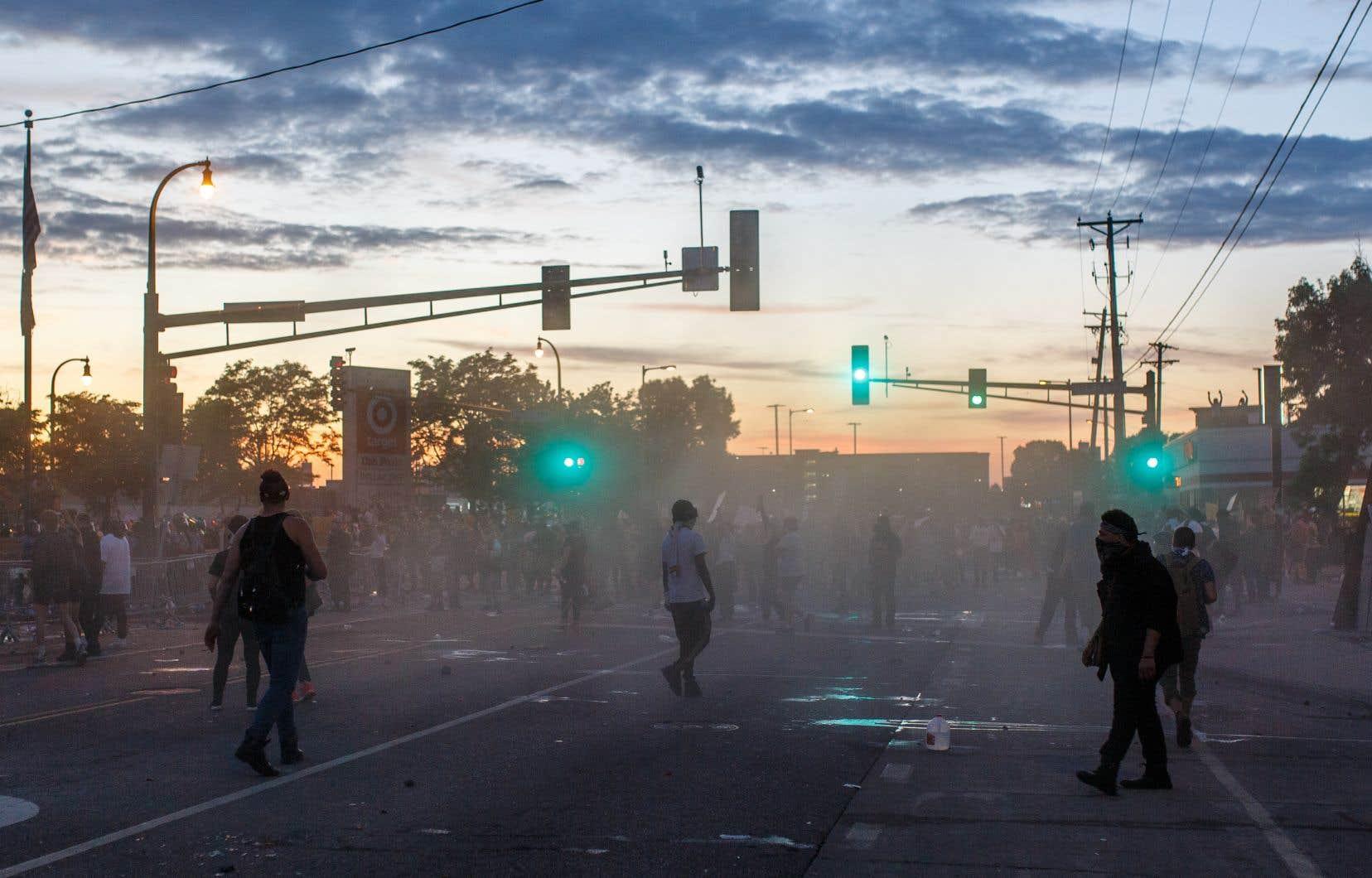 <p>Alors qu'incendies et pillages se poursuivaient dans la nuit près du commissariat, un homme est décédé après avoir été touché par balle à proximité des manifestations.</p>
