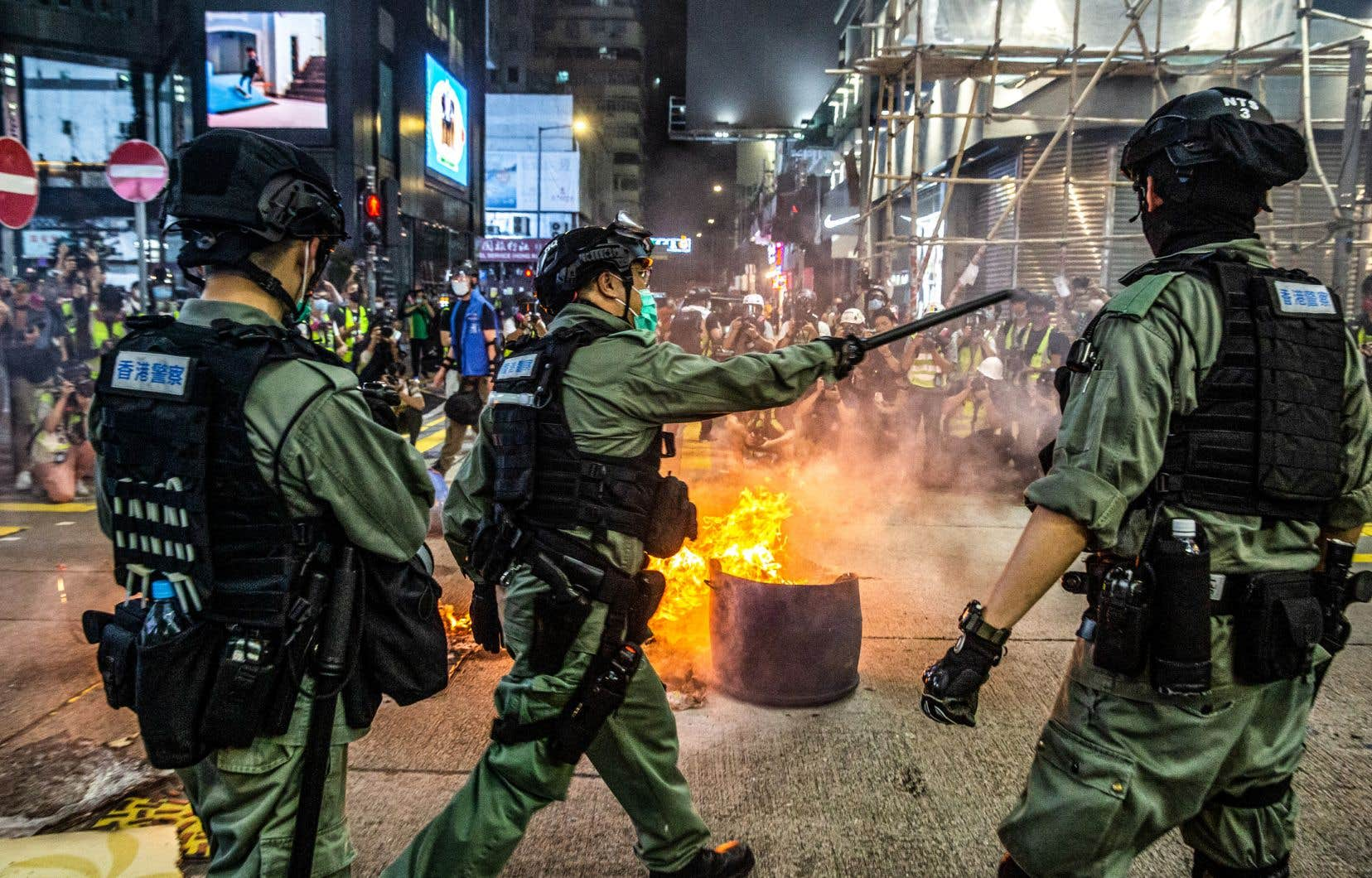 La police disperse des manifestants dans le district de Mong Kok à Hong Kong, le 27 mai 2020.