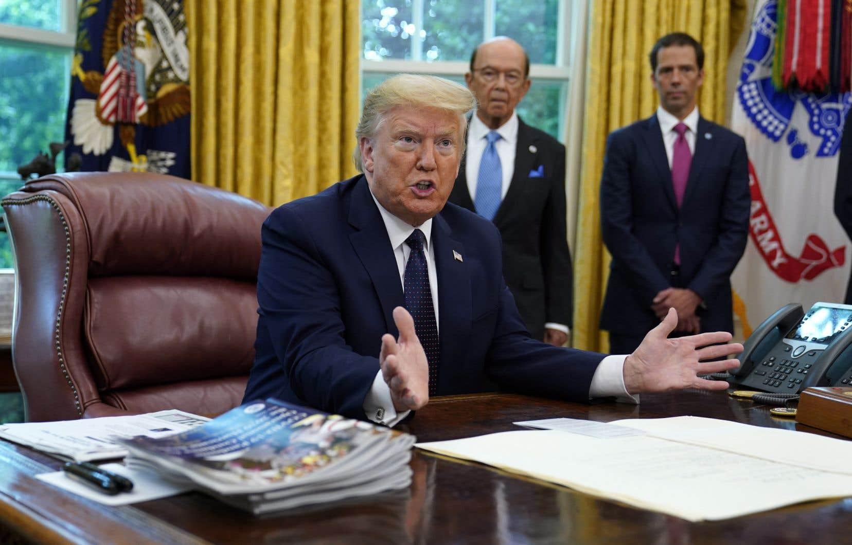 Trump a signé un décret visant en théorie à faciliter les poursuites contre les réseaux sociaux en cas de censure ou de blocage de contenus.