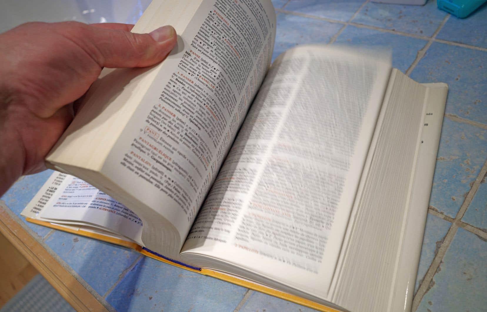 «Chaque dictionnaire a son propre rythme et son propre comité», dit Benoît Melançon pour expliquer les disparités entre Le Robert et Le Larousse par exemple.