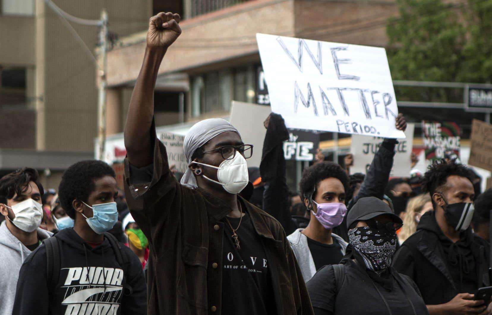 Des milliers de personnes ont défilé dans les rues de Toronto, samedi, pour dénoncer la violence policière envers les minorités visibles.