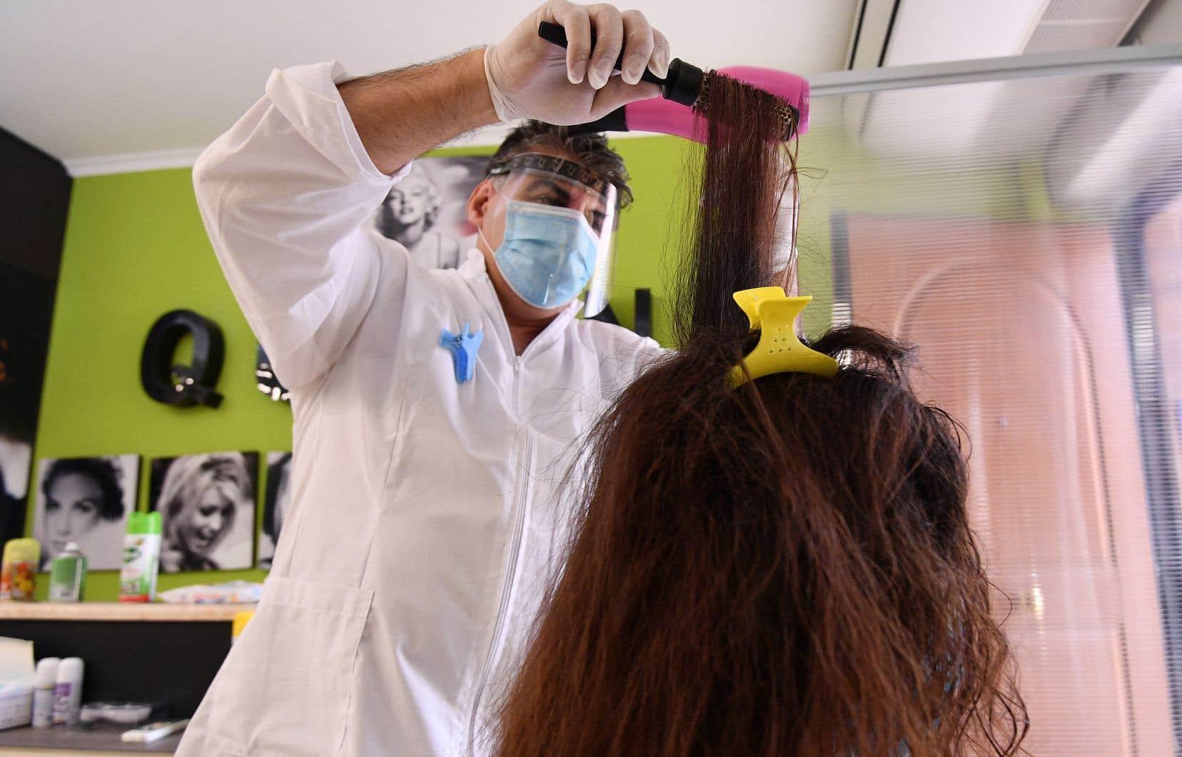 Les salons de coiffure, d'esthétique et de tatouage pourront aussi ouvrir le 1er juin, mais seulement à l'extérieur de la région de Montréal.