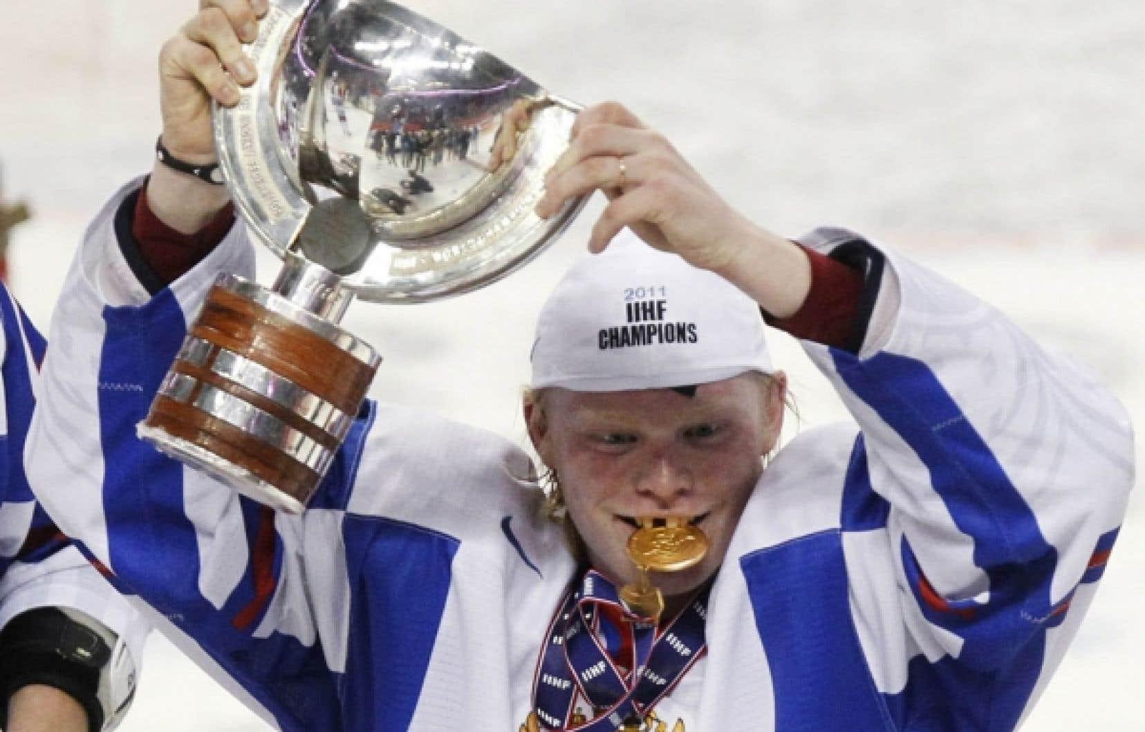 Andreï Sergeyev et les autres joueurs de l'équipe junior russe étaient tout sourire à l'issue du match au cours duquel ils ont infligé une défaite crève-cœur aux Canadiens. Ils ont célébré leur victoire comme il se doit, et même un peu plus... L'équipe russe se préparait à rentrer chez elle hier matin, mais le pilote de l'avion dans lequel les joueurs prenaient place les a priés de descendre de son appareil, tant ils étaient... euphoriques, pour utiliser un euphémisme.<br />