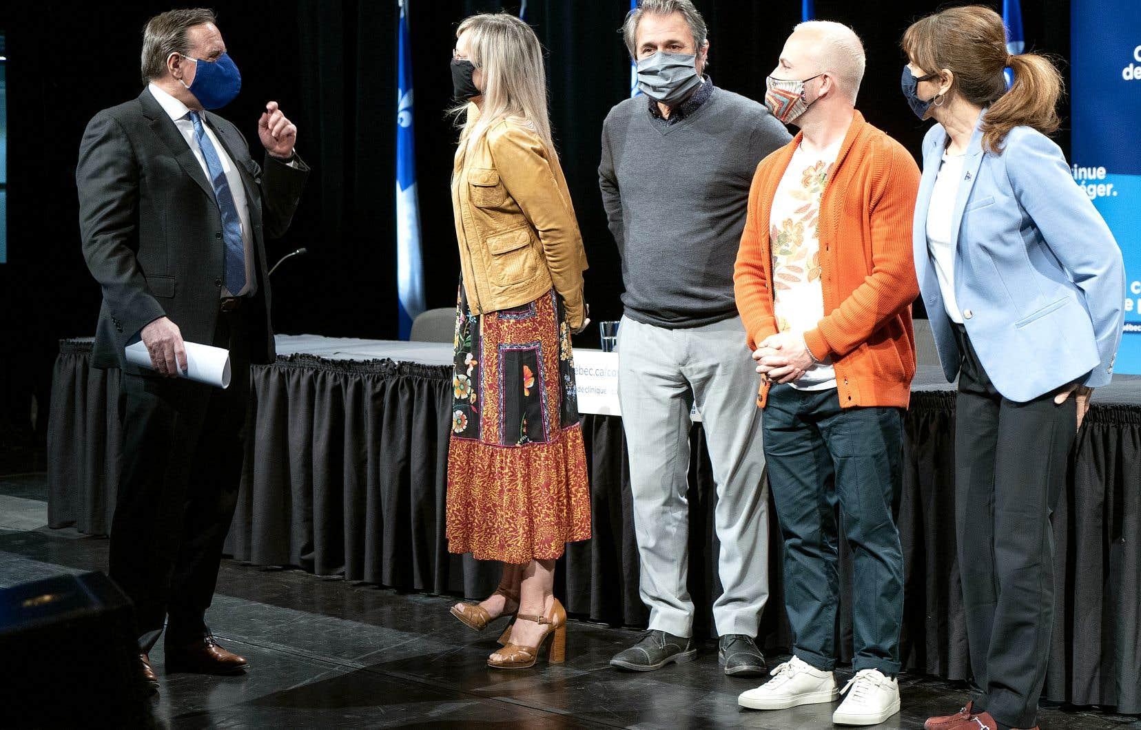 Le premier ministre, François Legault, et la ministre de la Culture, Nathalie Roy (à droite), se sont adressés aux représentants du milieu culturel présents lors de la conférence de presse, Sophie Prégent, la présidente de l'Union des artistes, Luc Fortin, le président de la Guilde des musiciens et des musiciennes du Québec, ainsi que le chef d'orchestre Yannick Nézet-Séguin, lundi après-midi à Montréal.