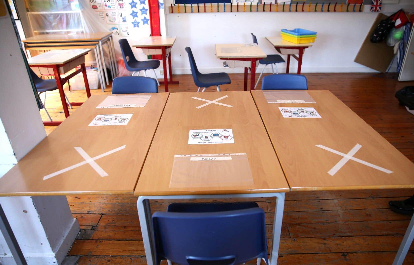 Une salle de classe réaménagée pour respecter les mesures de distanciation, dans une école londonienne.