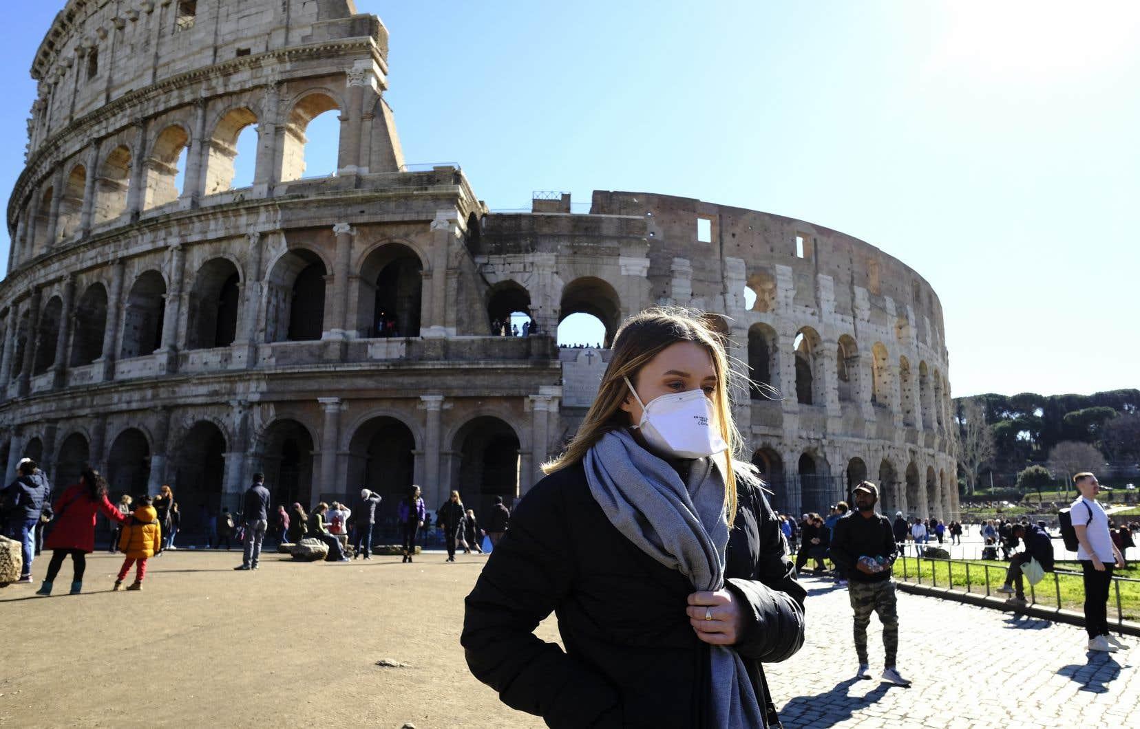 Des touristes fréquentent le Colisée de Rome. Après avoir rouvert la basilique Saint-Pierre, Pompéi et la tour de Pise, l'Italie espère redonner de la vigueur au secteur du tourisme, crucial pour son économie.