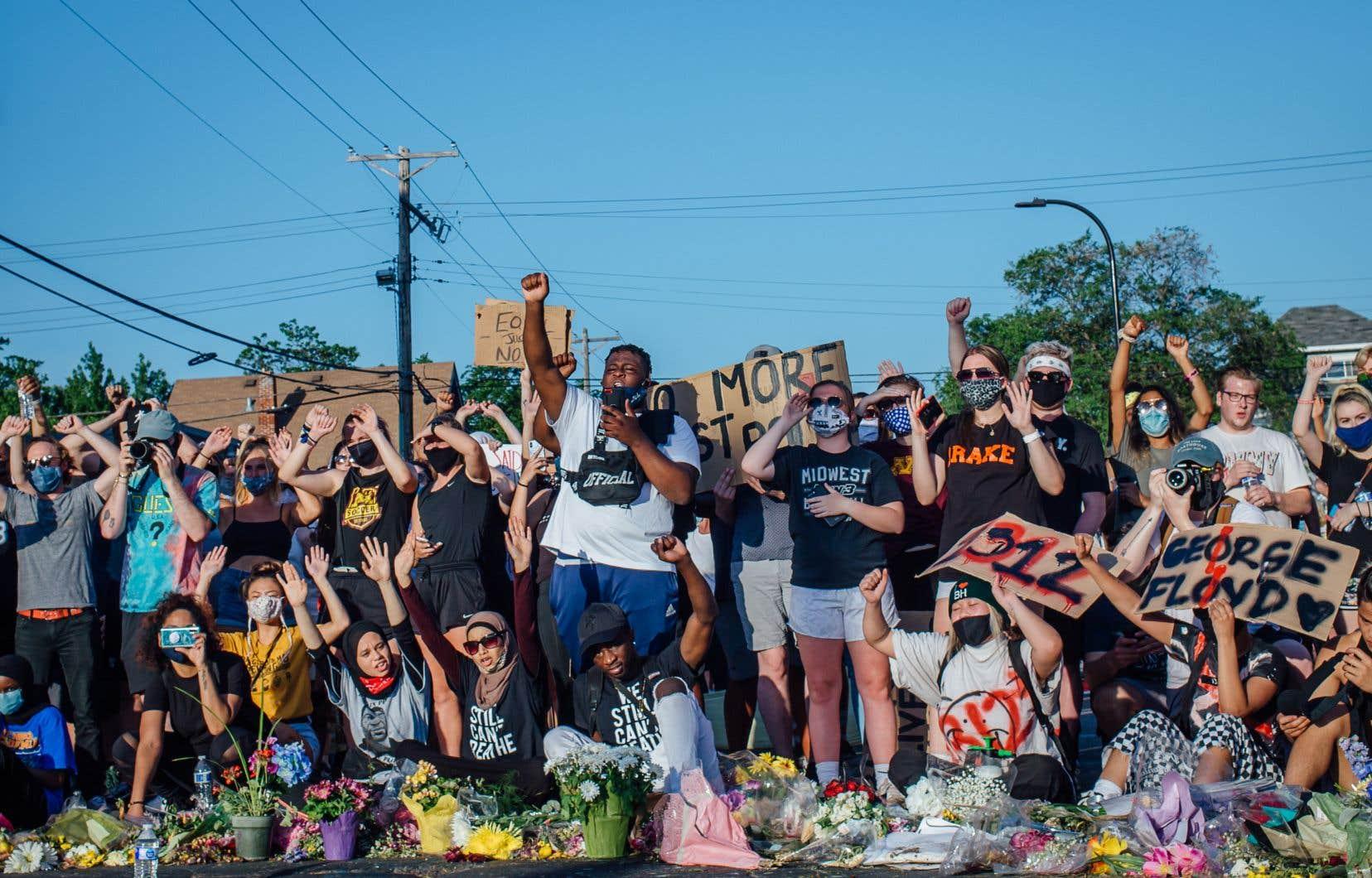 Rassemblement populaire et discours publics au coin de la rue où George Floyd a été tué il y a une semaine, à Minneapolis. L'endroit est devenu un mémorial.