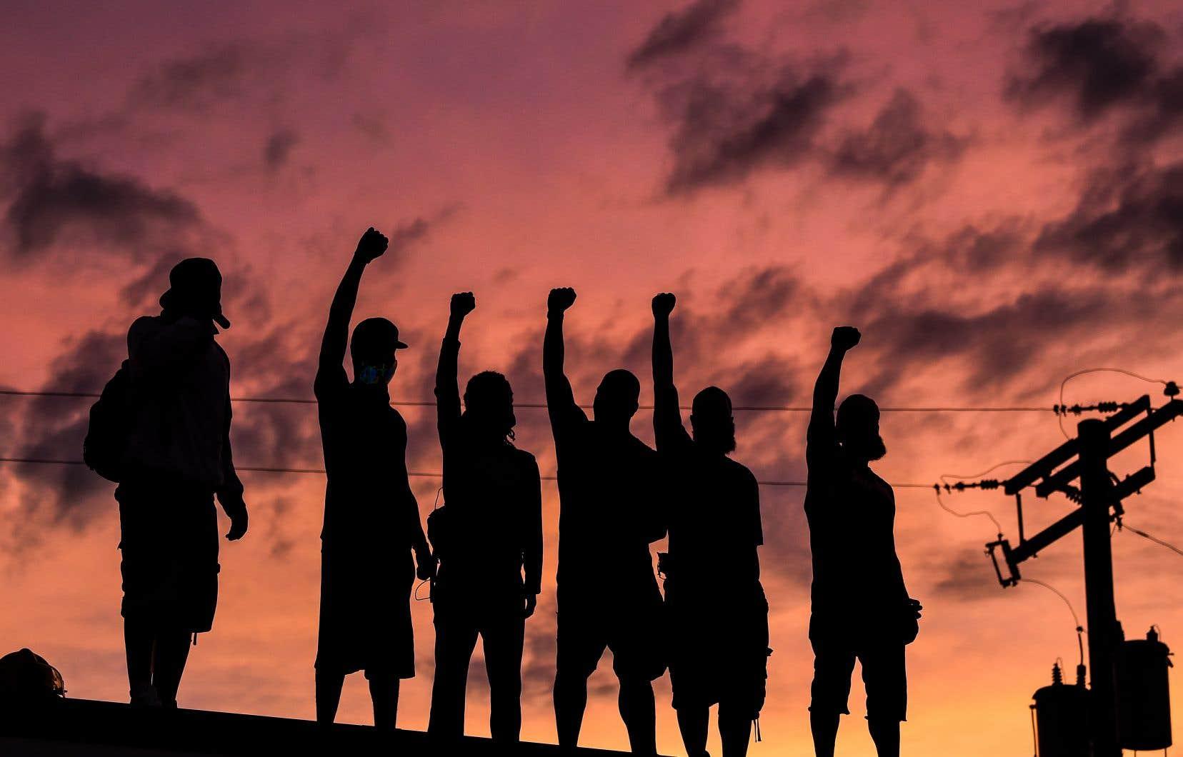 <p>Des manifestants ont fait fi des couvre-feux jusque tard dans la nuit, avec toutefois moins de pillages et de violence signalés que les nuits précédentes.</p>