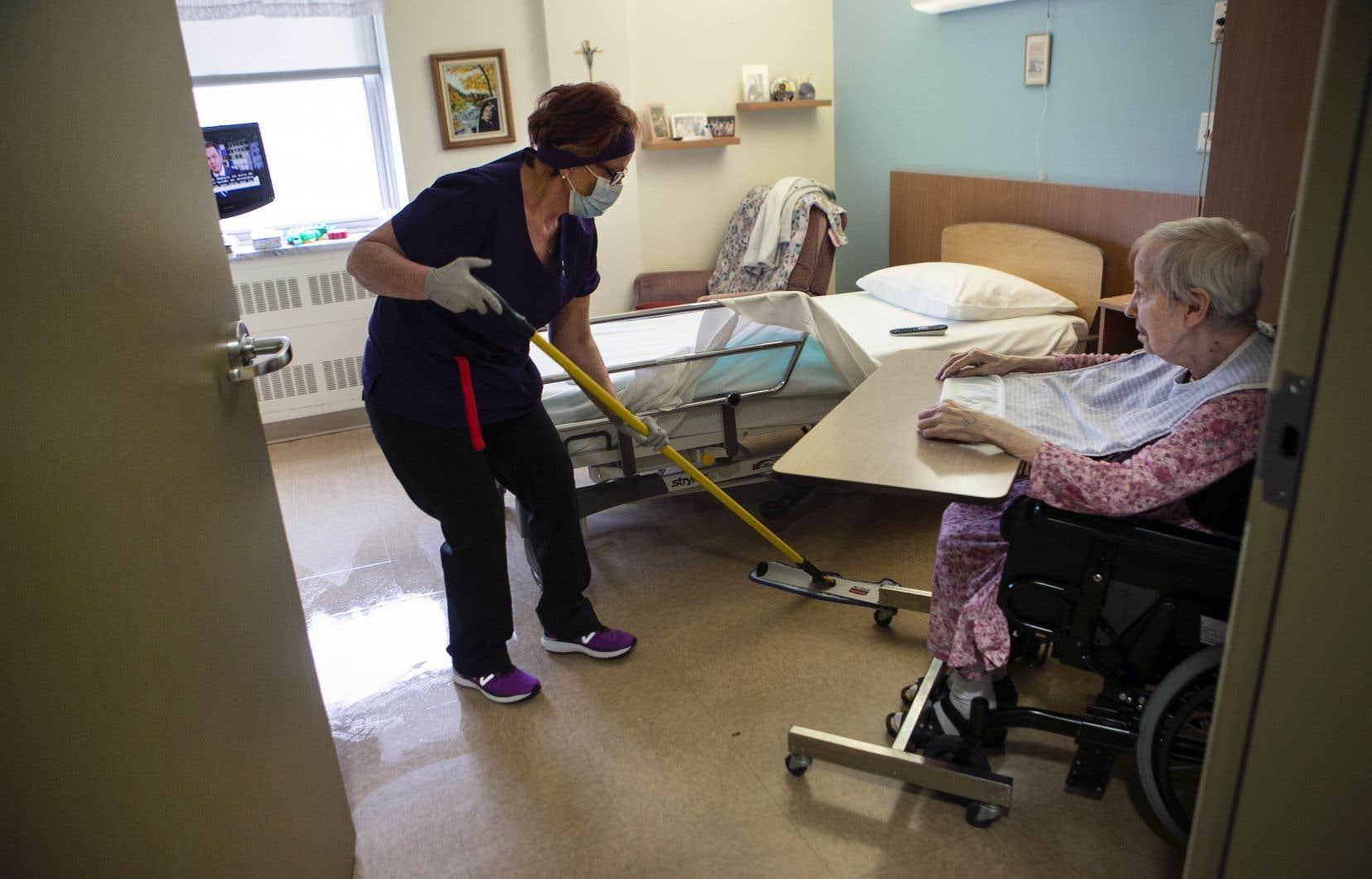 <p>Québec «invite»les aides de soins qui sont déjà dans le réseau de la santé à «demeurer en fonction pendant la période estivale et à faire une demande d'admission à la formation qui débutera à l'automne».</p>