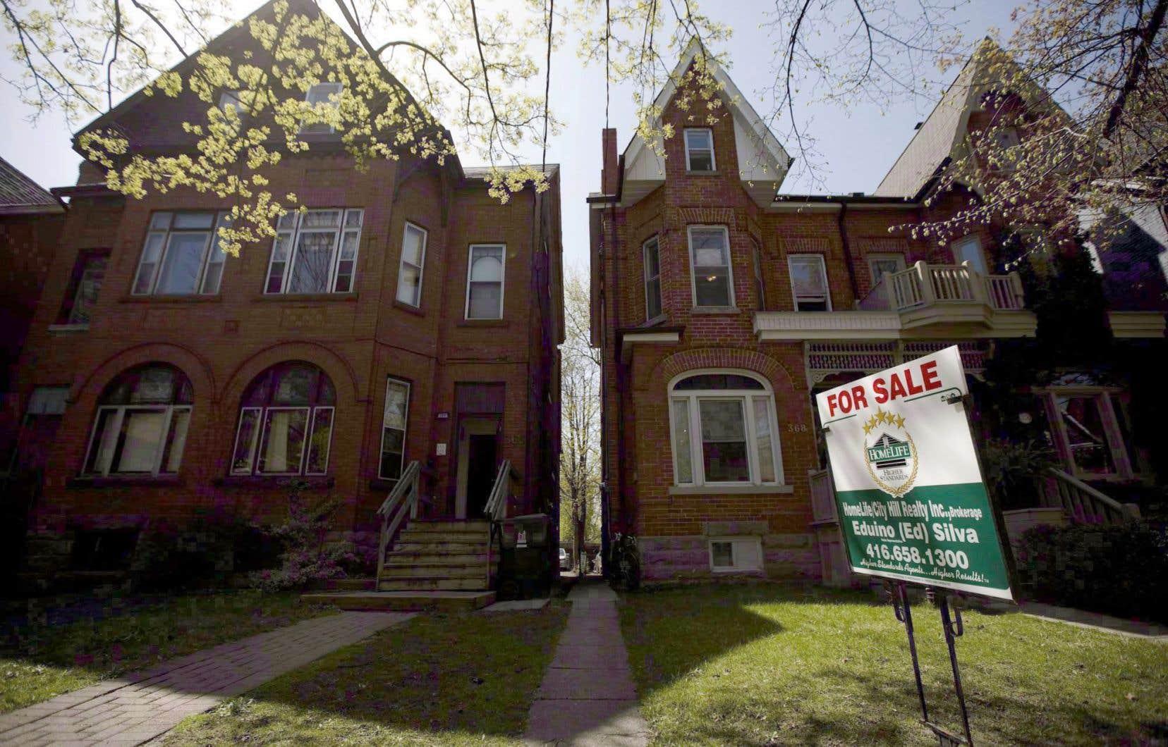 Selon la chambre immobilière du Grand Toronto, les ventes de maisons se sont chiffrées à 4606 en mai, en baisse de 53,7% par rapport au même mois l'an dernier.