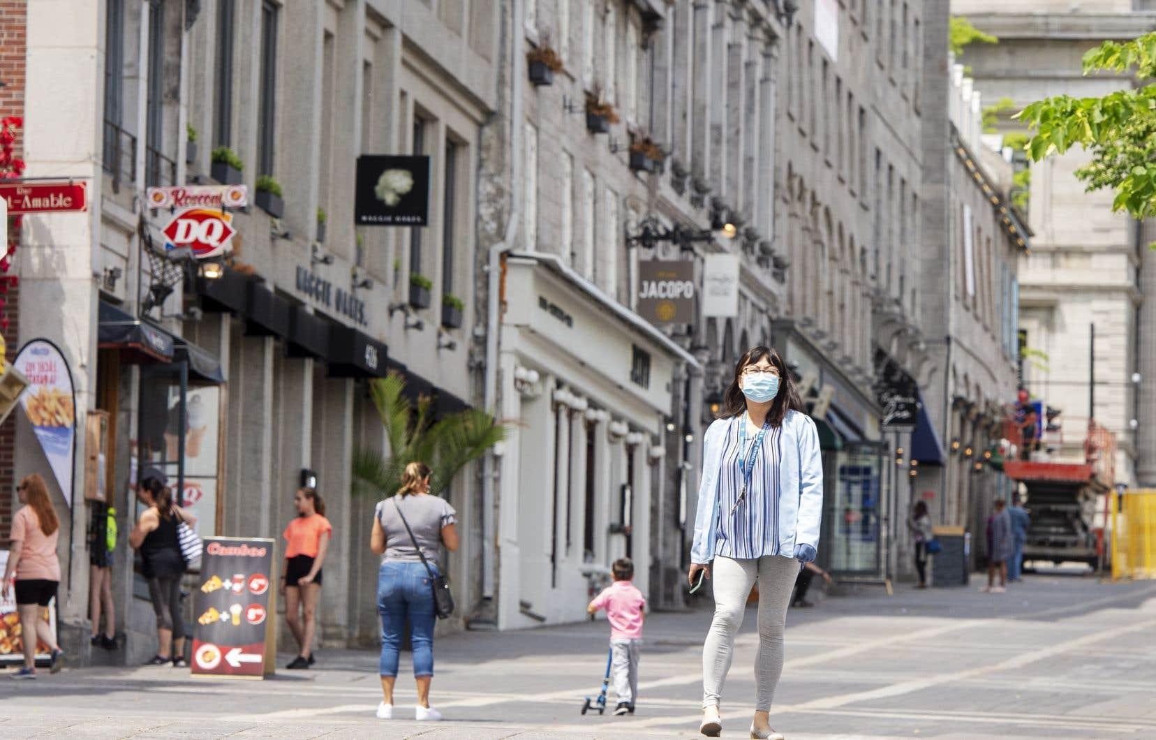 Des passants arpentent le Vieux-Montréal, alors que le déconfinement se poursuit au Québec.