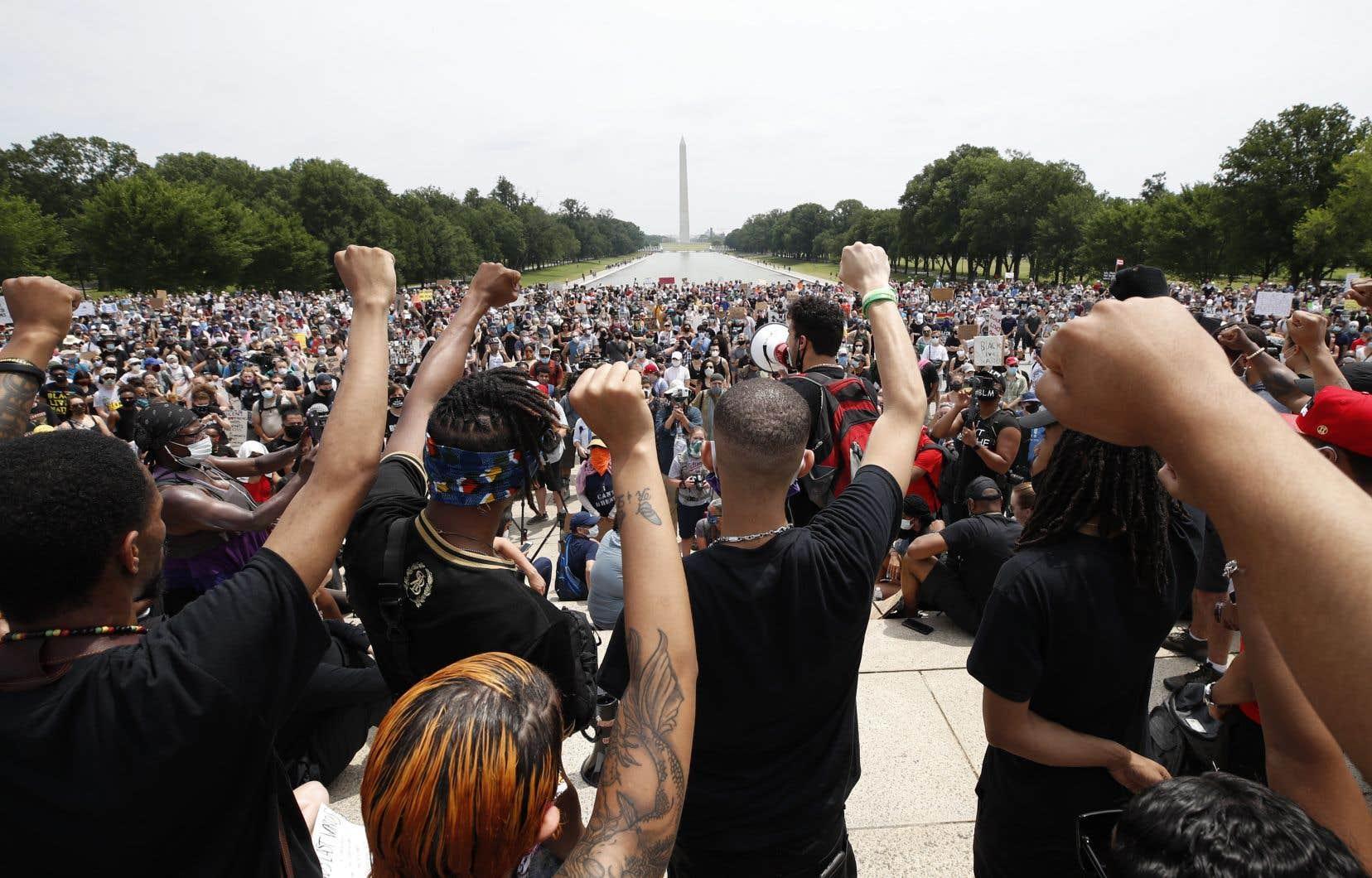 Sous un soleil de plomb, la foule se masse dans les rues menant à la Maison Blanche, mais aussi aux abords du mémorial de Lincoln en face du Washington Monument.