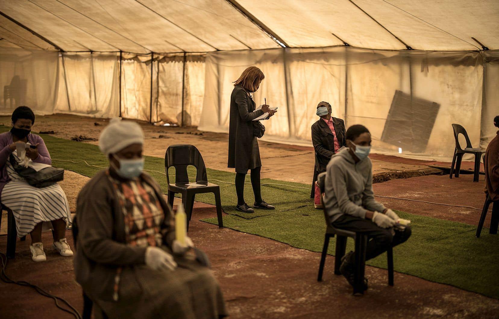 Le prophète Paseka Motsoeneng, mieux connu sous le nom de prophète Mboro, a célébré dimanche à Katlehong une messe devant 50 personnes qui devaient respecter des règles sanitaires strictes.
