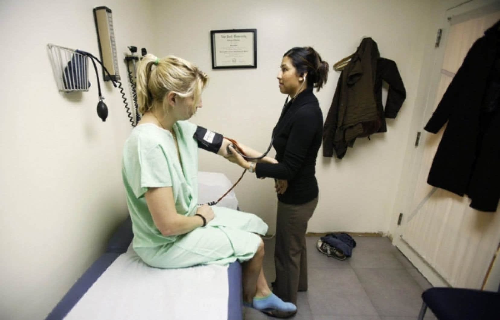 La féminisation de la médecine a amené des changements qui contribuent à la pénurie de médecins.<br />