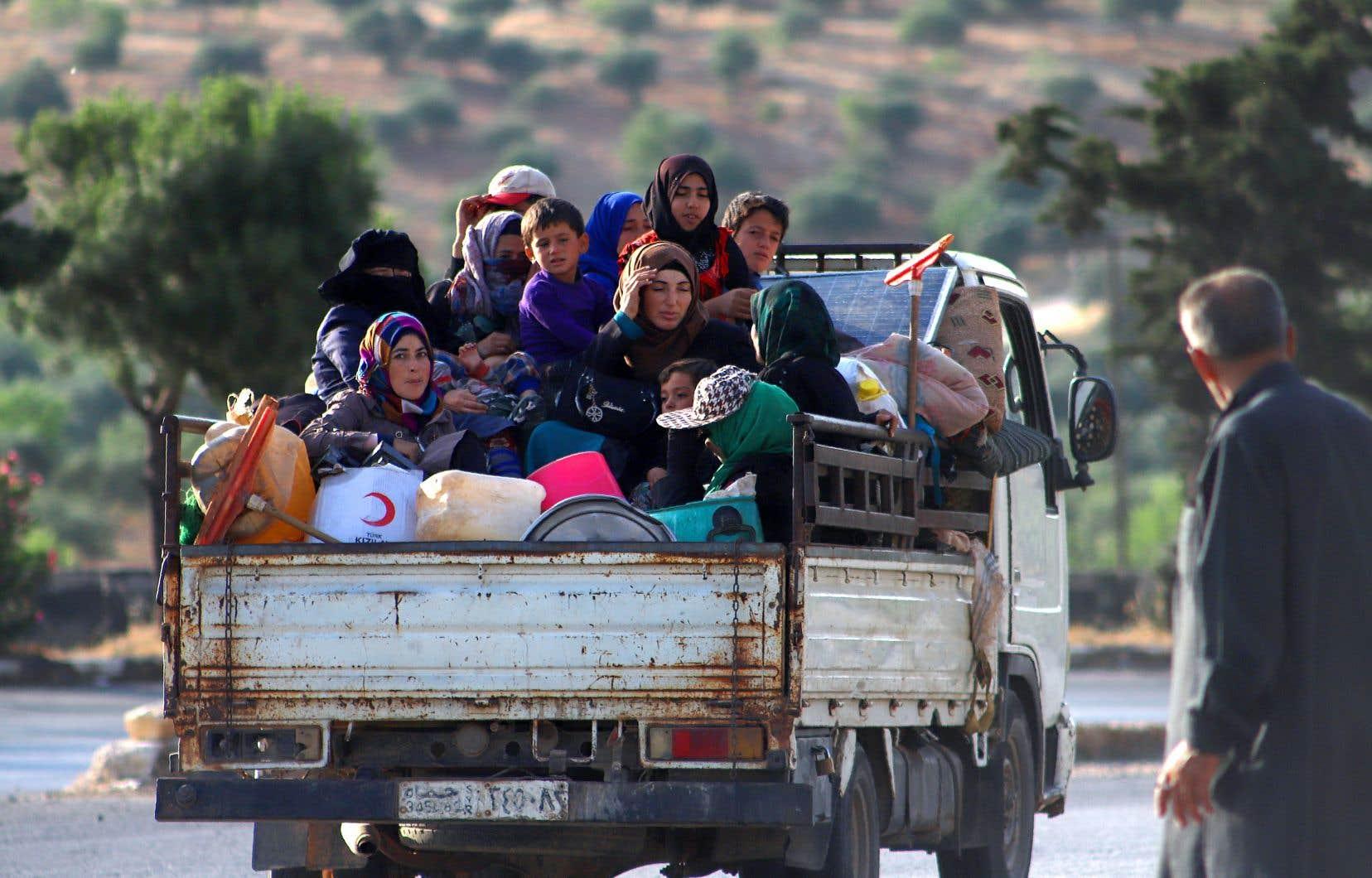 Environ un million de civils ont fui vers le nord de la province d'Idlib, qui échappe à tout contrôle, limitrophe de la Turquie, mais déjà saturée de camps de déplacés. Le pouvoir turc a réagi en envoyant en Syrie des renforts de soldats et de blindés.