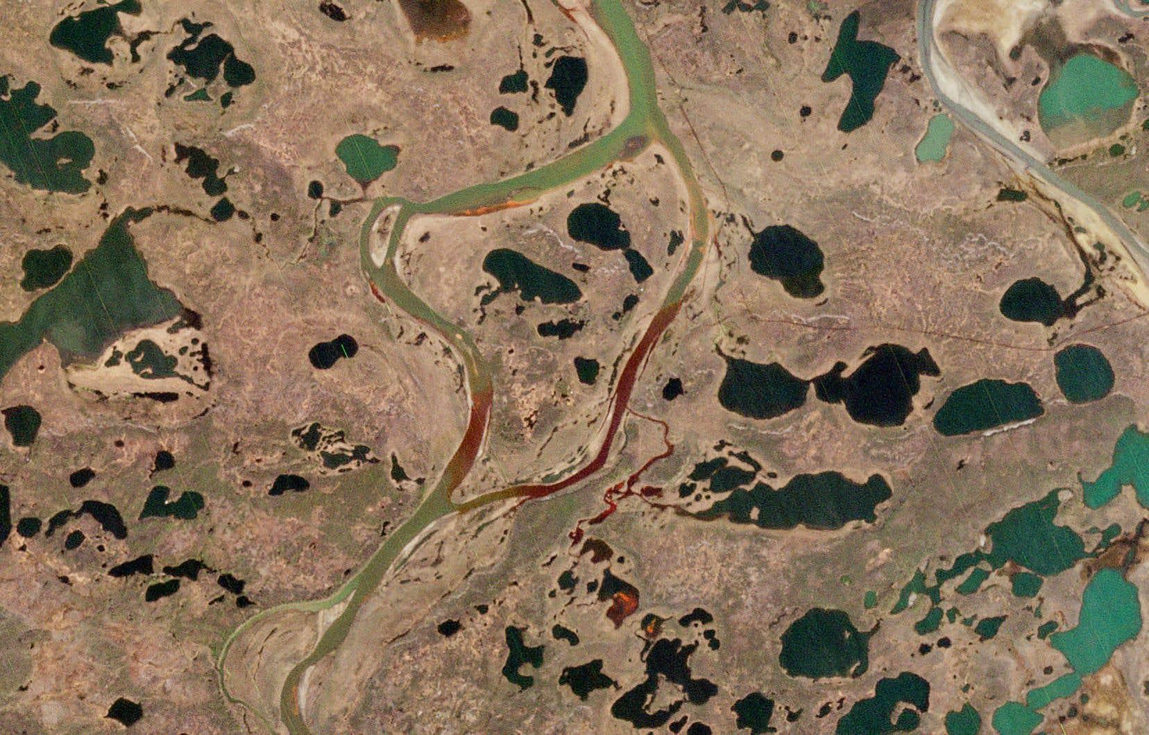 Le 29mai, 21000 tonnes de carburant contenu dans le réservoir d'une centrale thermique appartenant à une filiale du grand groupe minier russe Norilsk Nickel se sont déversées dans la rivière Ambarnaïa et les terrains alentour après la rupture des piliers soutenant l'édifice.