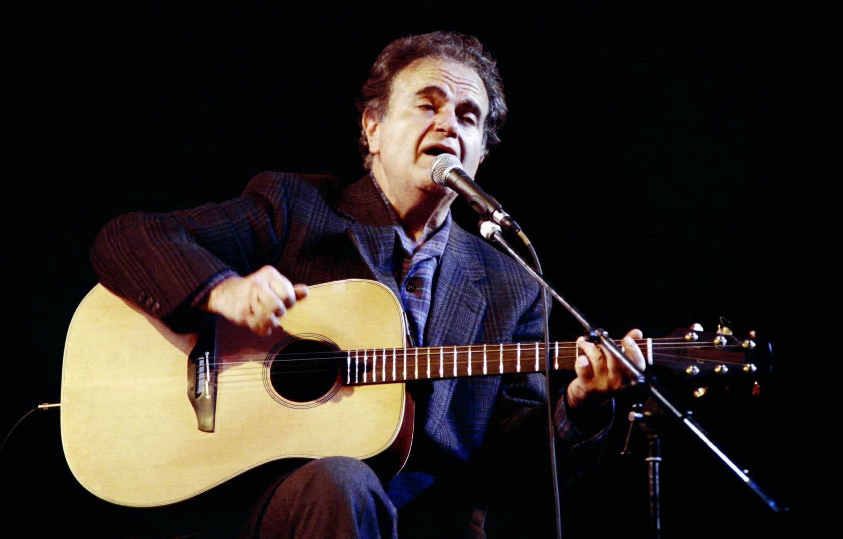Le chansonnier français Guy Béart lors d'un concert à l'Olympia de Paris, en décembre 1988