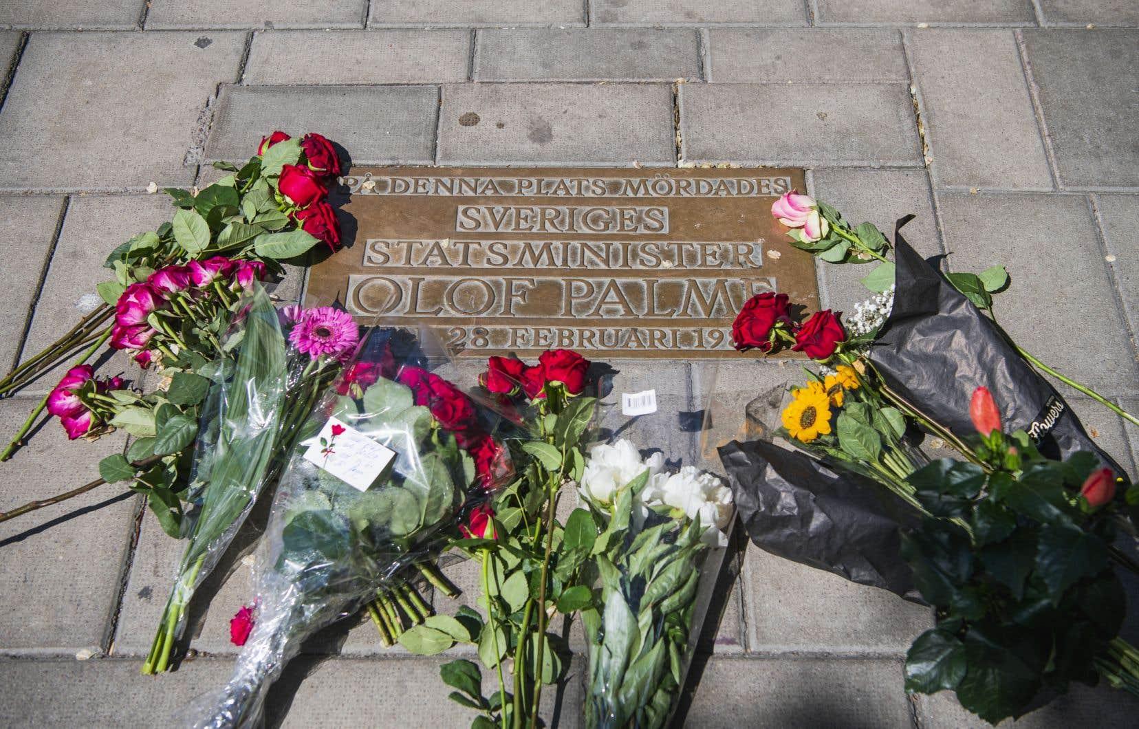 Des fleurs ont été déposées sur la plaque commémorative au centre de Stockholm, où le Premier ministre suédois Olof Palme fut assassiné en février 1986.