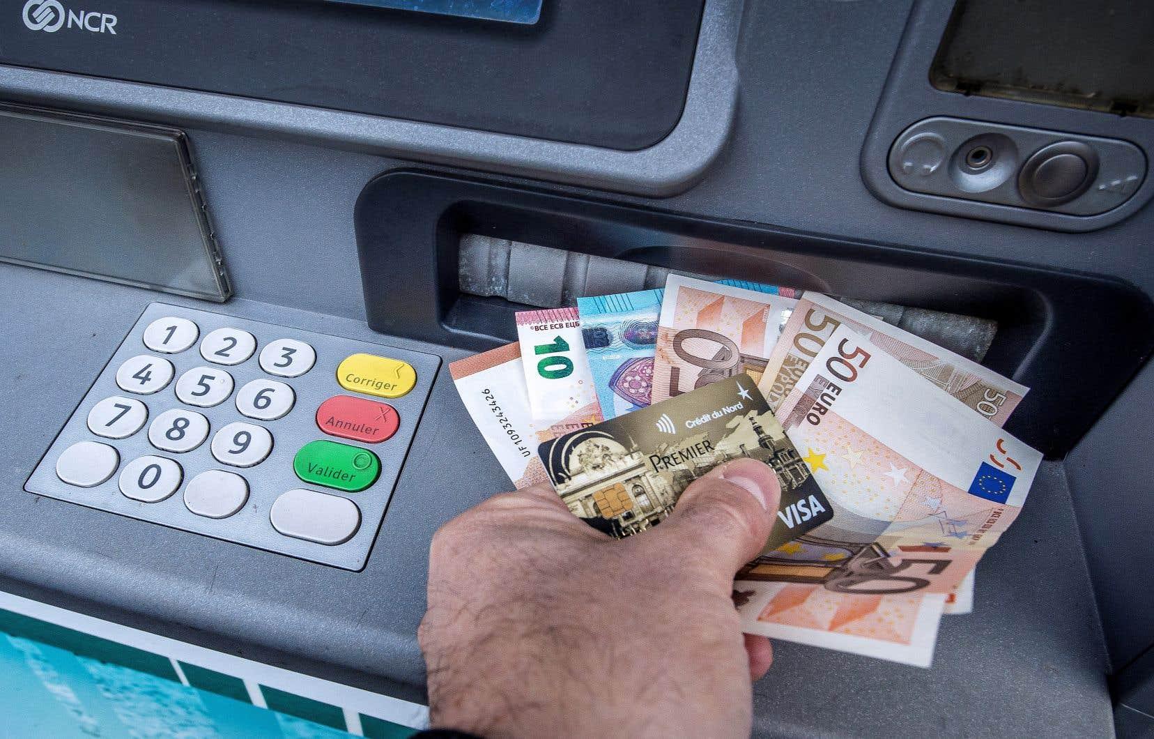 Selon la Banque de France, l'utilisation des billets de banque ne présente pas de risques particuliers d'infection à la COVID-19.