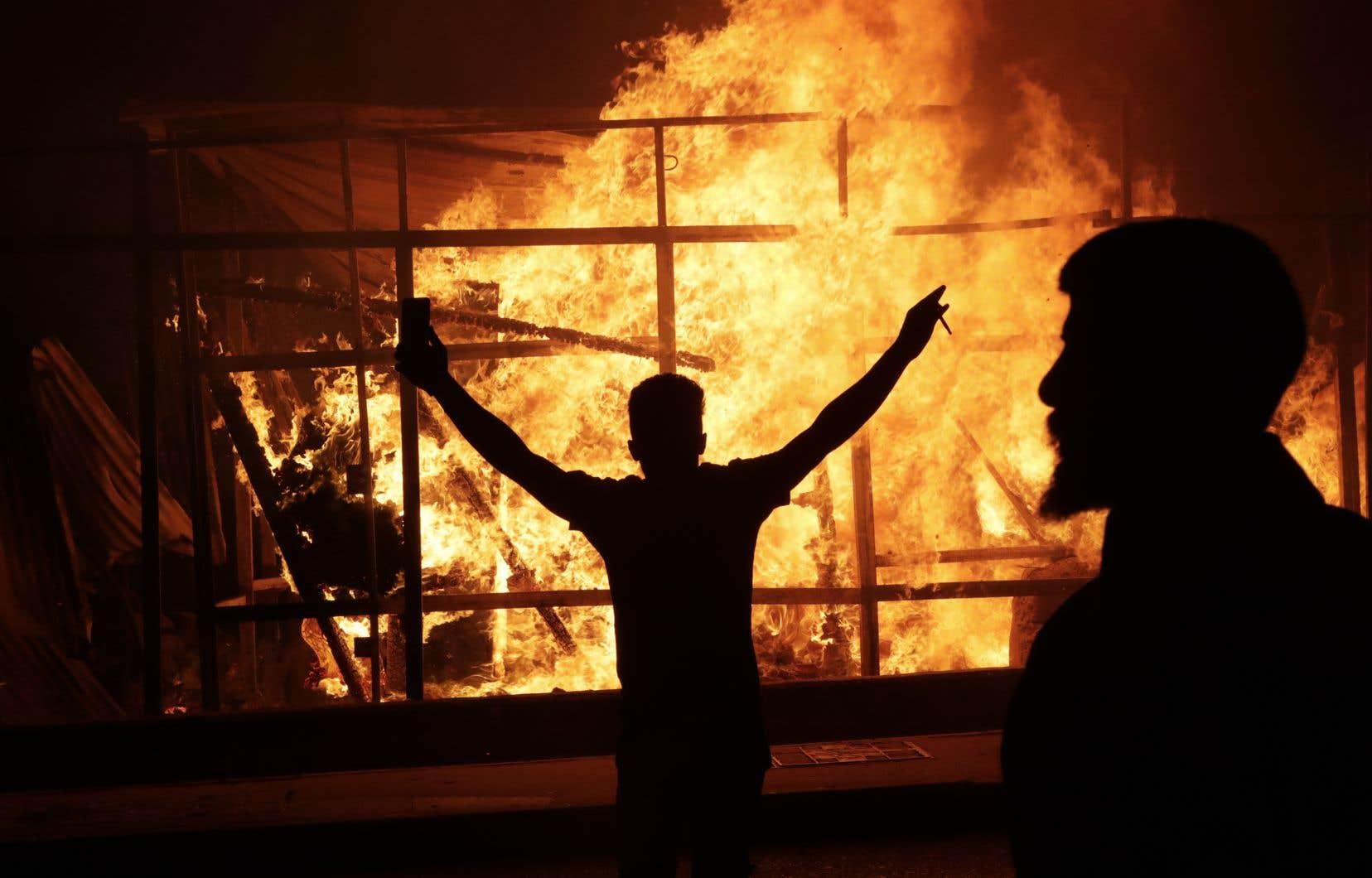 Dans la nuit de jeudi à vendredi, les Libanais sont descendus dans la rue, brûlant des pneus et bloquant des routes.