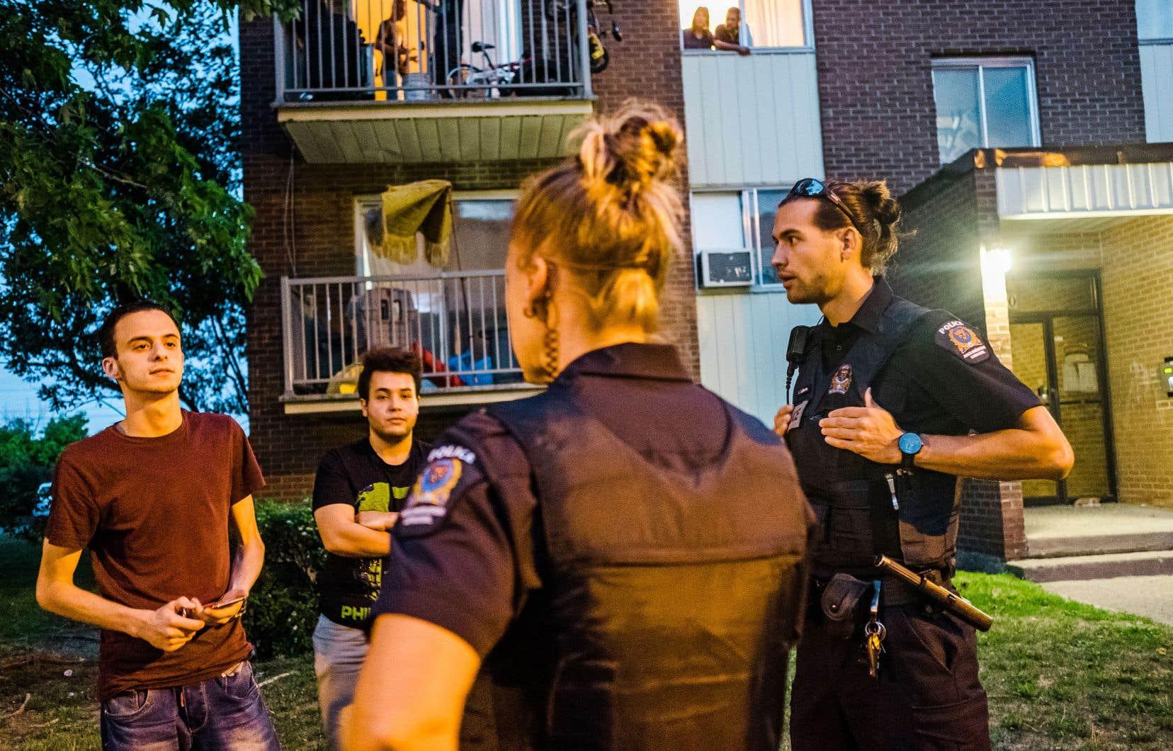 Marie-Josée Roy et Antoine Laliberté répondent à un appel dénonçant une situation conflictuelle entre voisins.